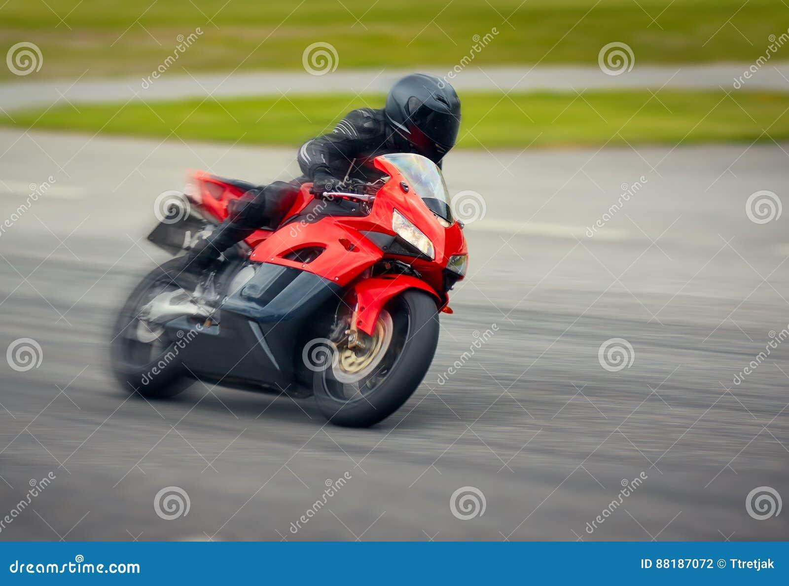 高速赛跑在赛马跑道的快速的摩托车