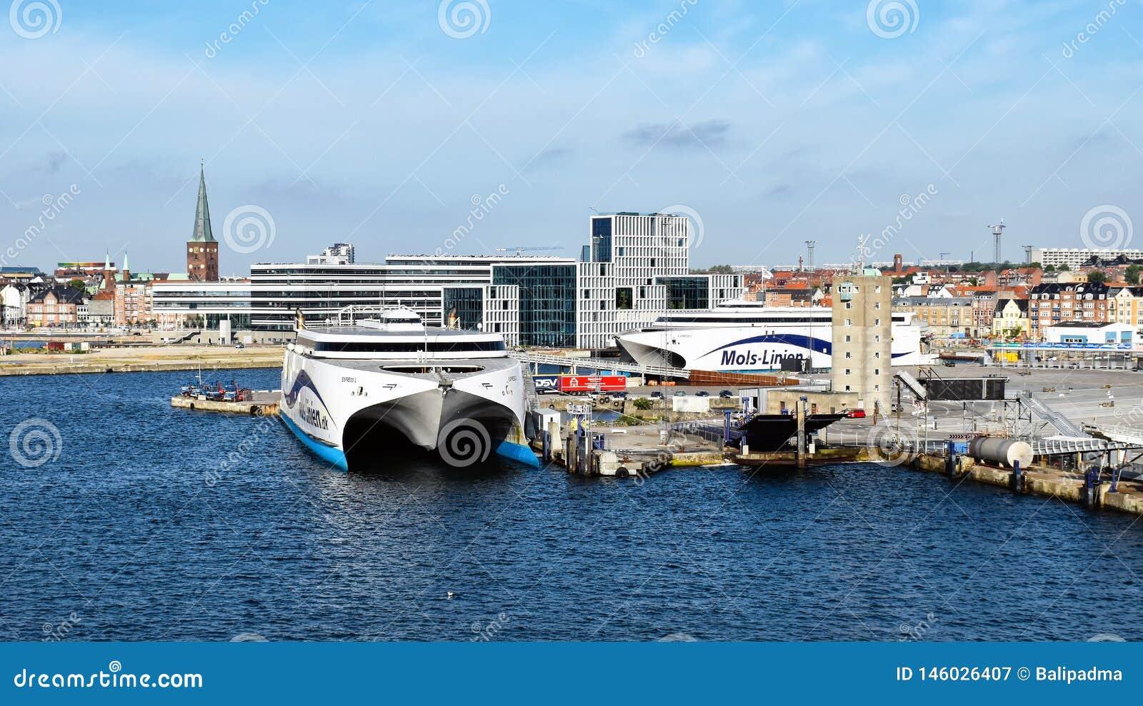 高速轮渡表达1 und表达Molslinjen在奥尔胡斯丹麦港被停泊的2送货公司