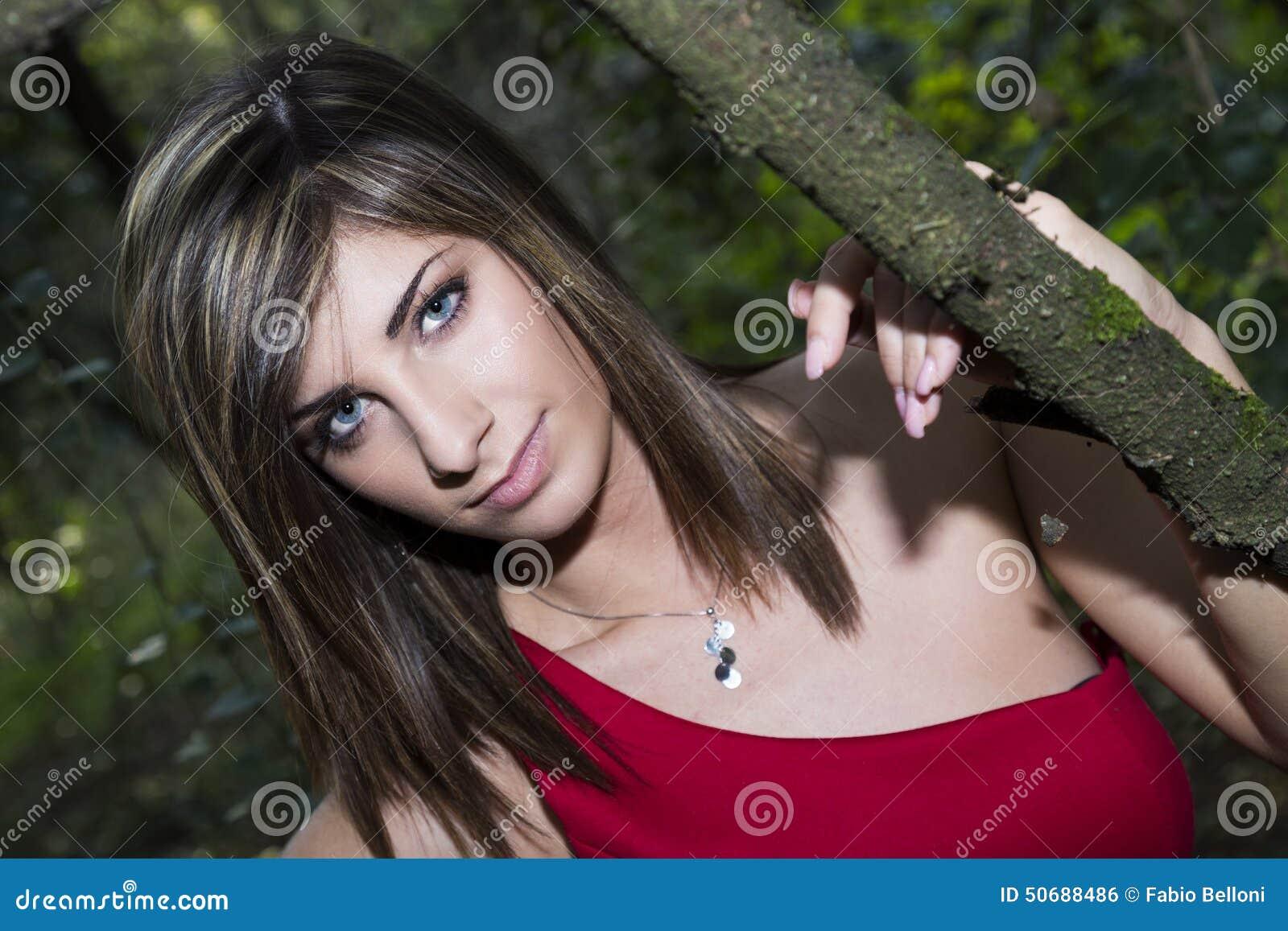 Download 高雅在森林里 库存照片. 图片 包括有 beautifuler, 可爱, 摆在, 新鲜, 女性, 构成, beauvoir - 50688486
