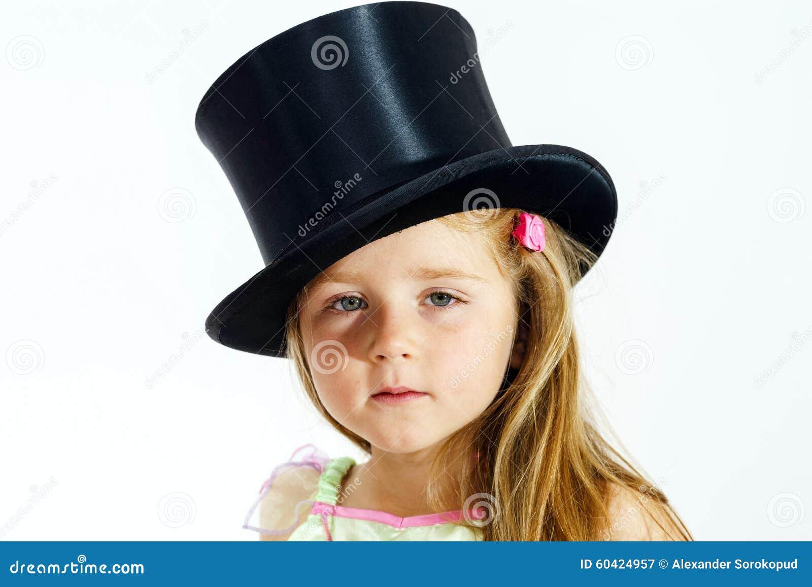 高顶丝质礼帽的逗人喜爱的小女孩