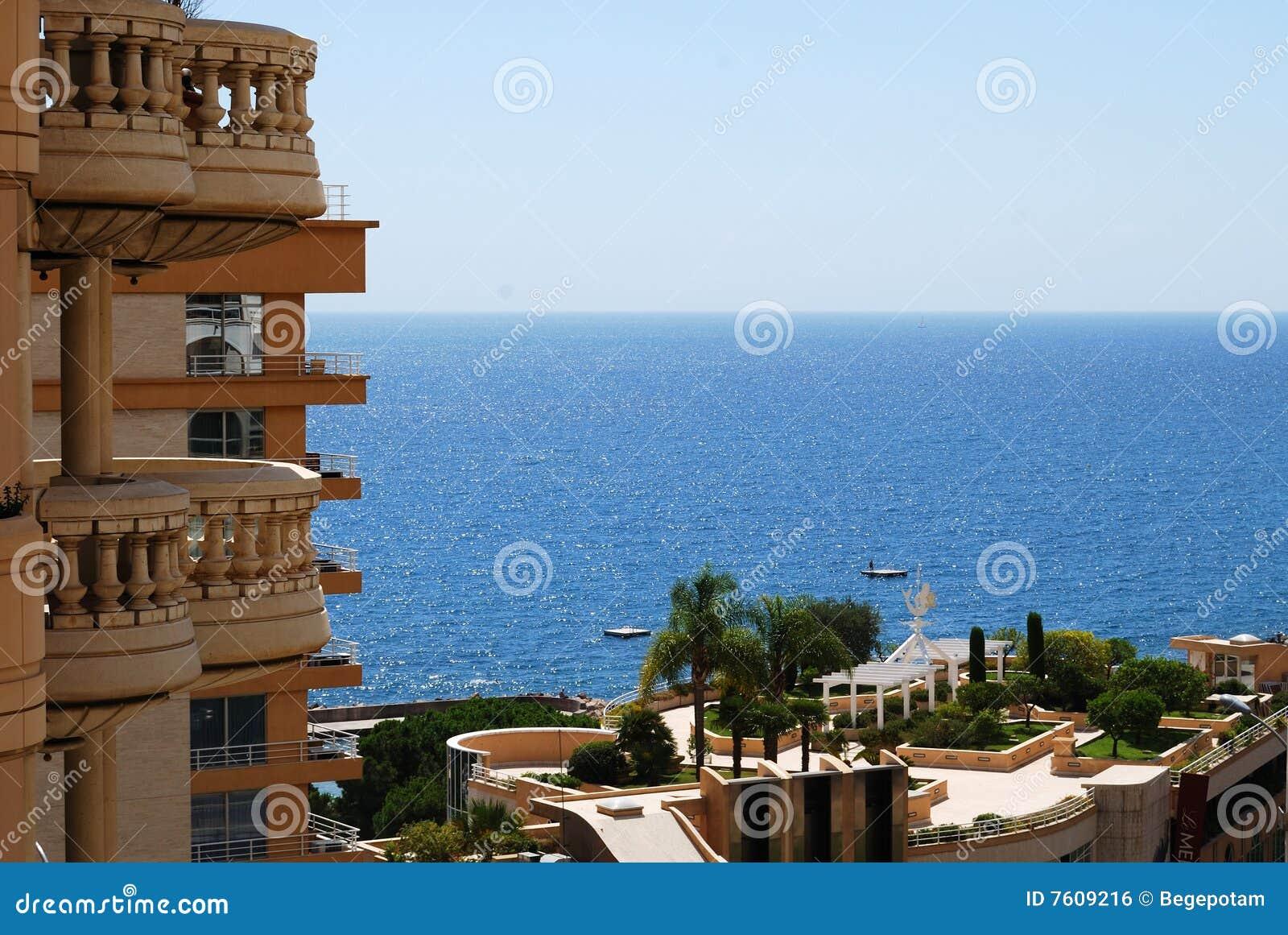 魅力旅馆被日光照射了摩纳哥的海运