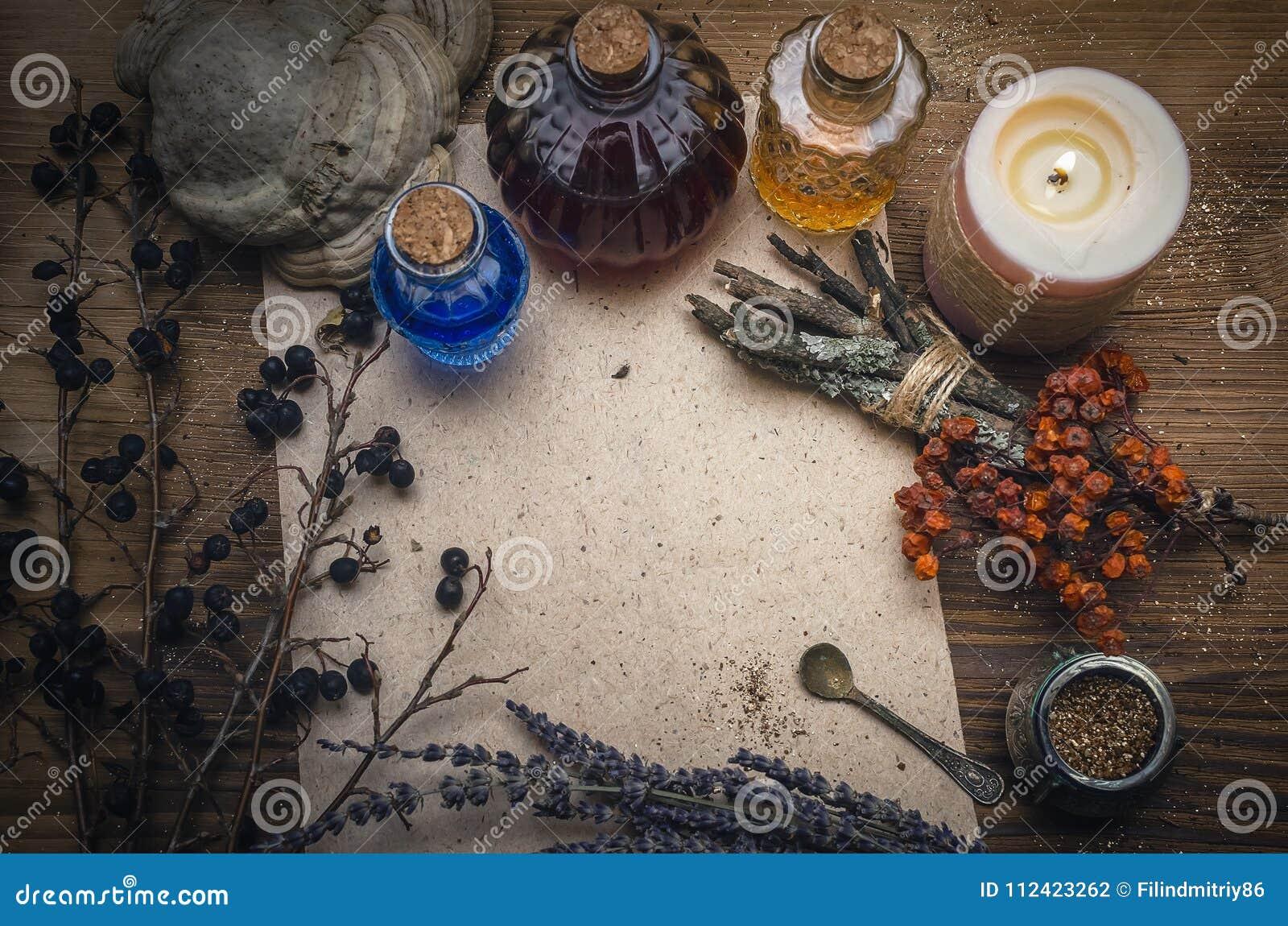 魔药和空白的食谱纸卷 Phytotherapy 替代草药 僧人 druidism