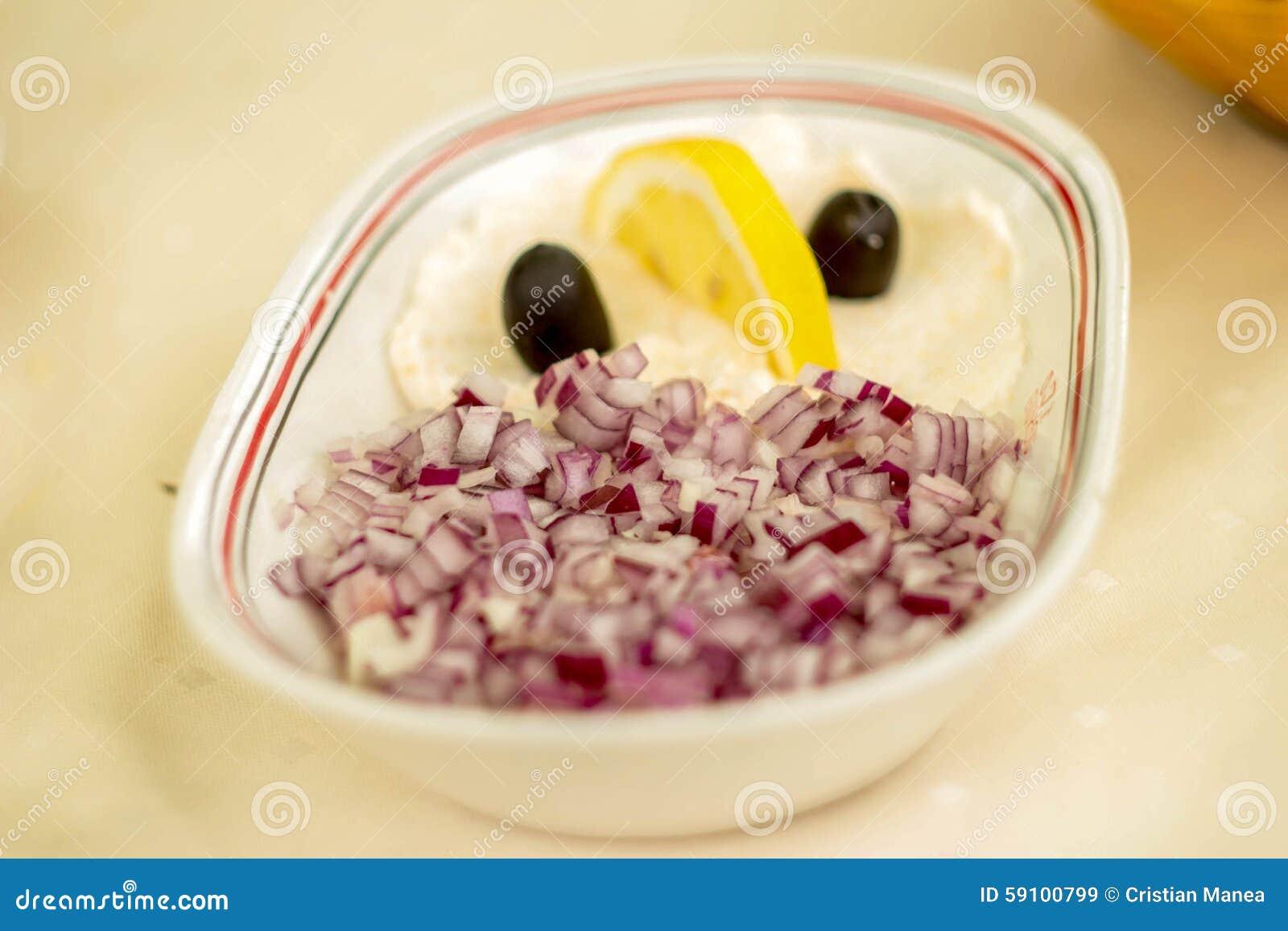 鱼子酱和切好的葱沙拉在陶瓷碗