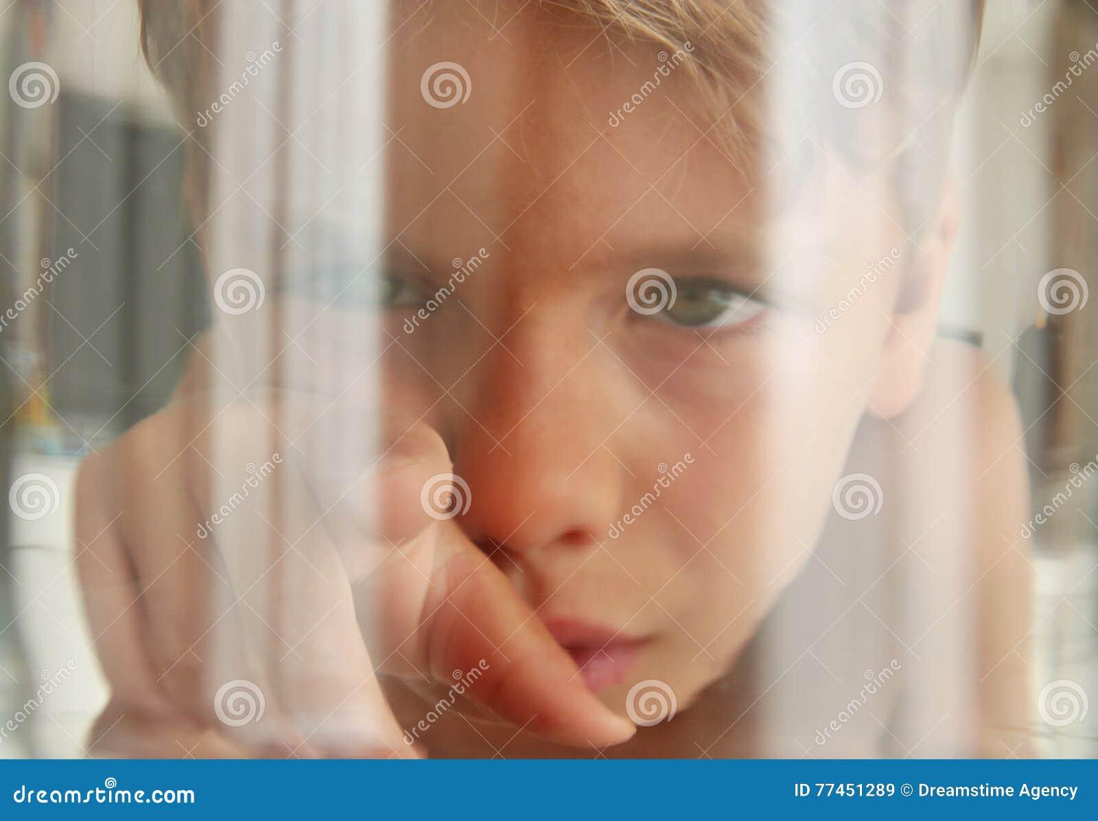 鱼透视:看接触水族馆玻璃的孩子