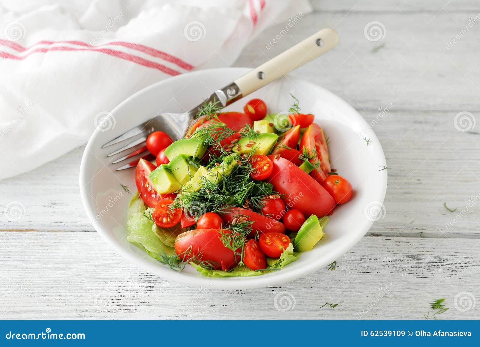 鲕梨沙拉用蕃茄和绿色