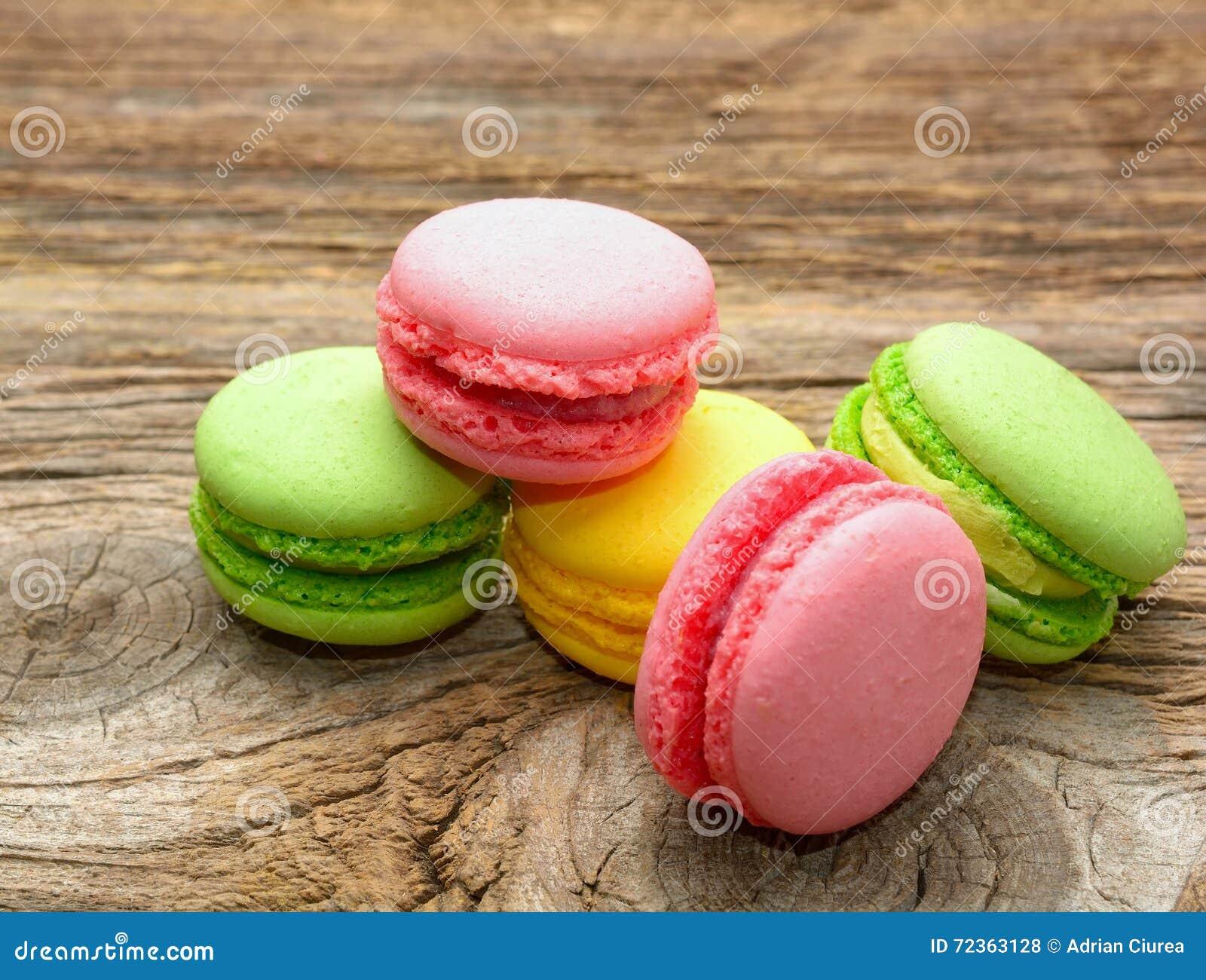 鲜美五颜六色的蛋白杏仁饼干