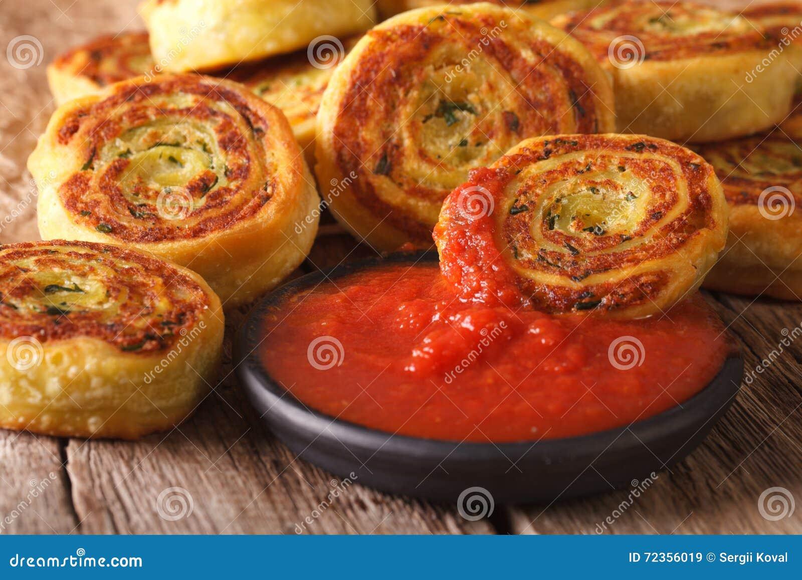 鲜美切的土豆滚动与蕃茄酸辣调味品特写镜头 horizont