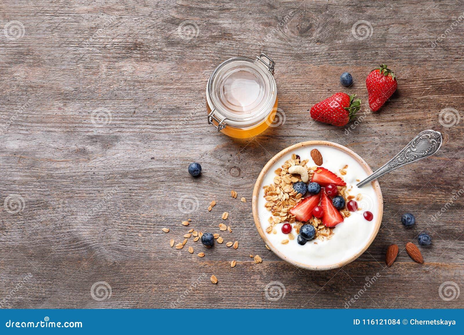 鲜美早餐用酸奶、莓果和格兰诺拉麦片