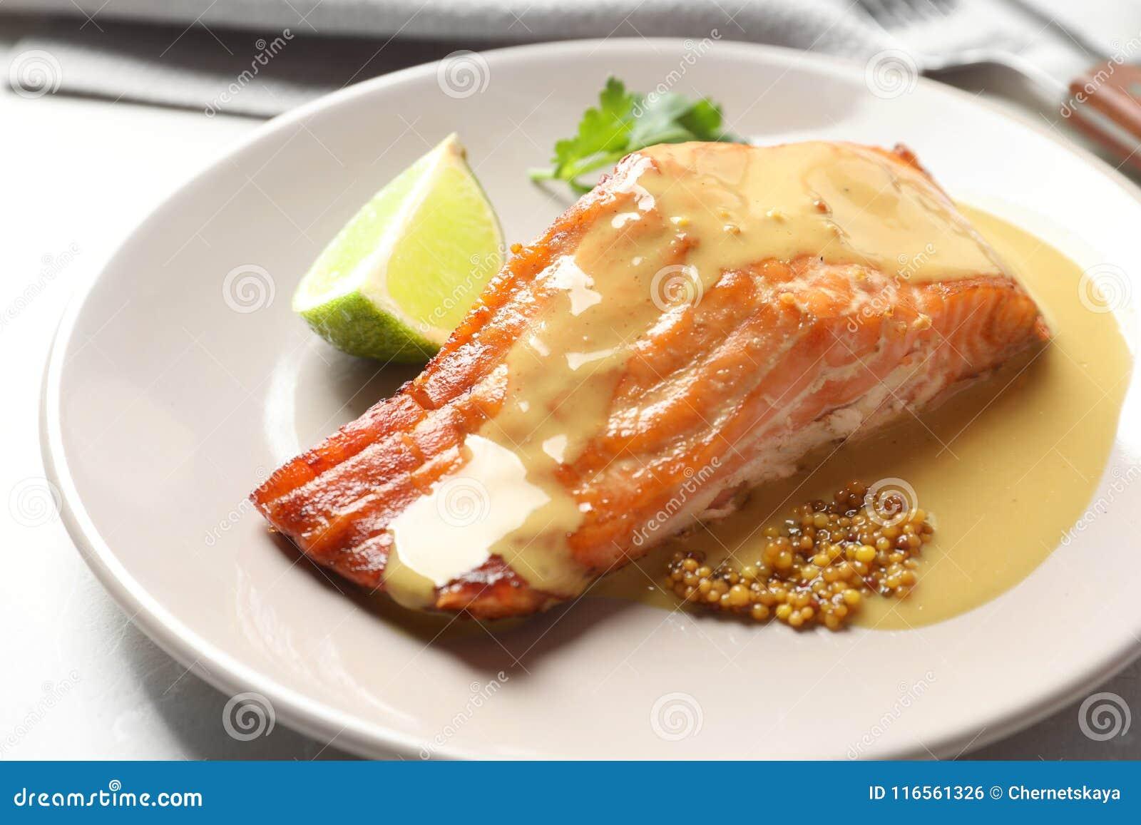 鲜美煮熟的三文鱼用在板材的芥末