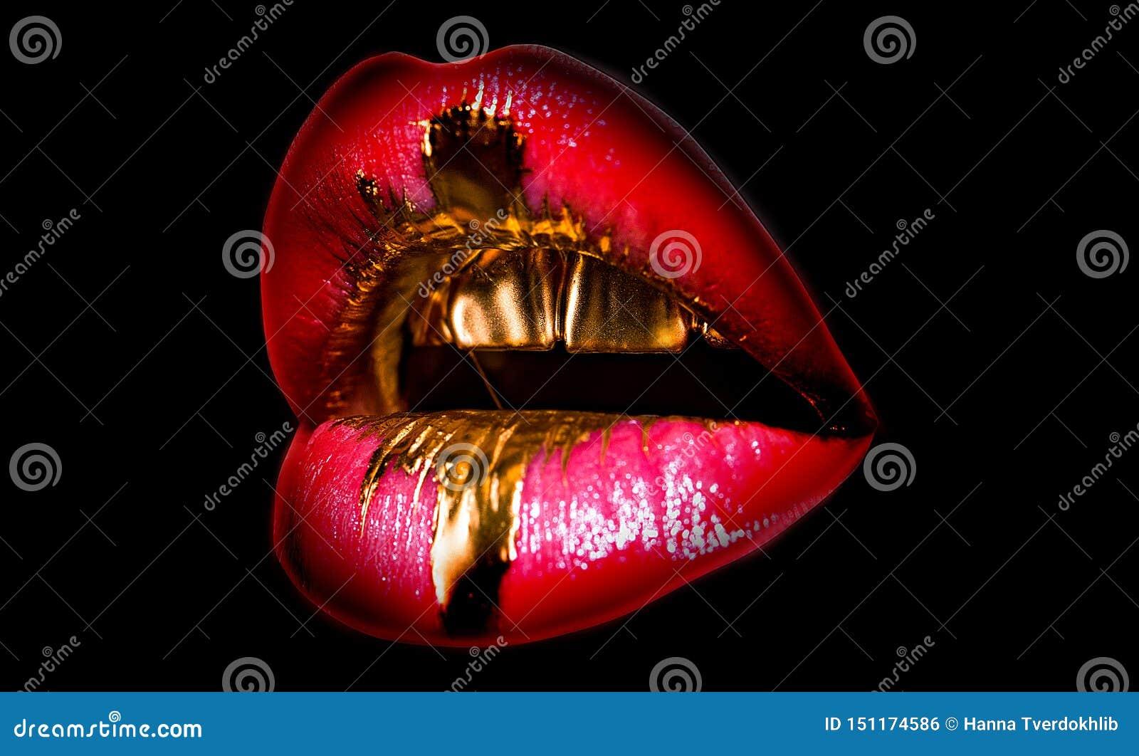 鲜美金黄嘴唇 发光的性感的嘴 昂贵的构成,富有的生活 在黑背景的嘴象 嘴唇充分的形状