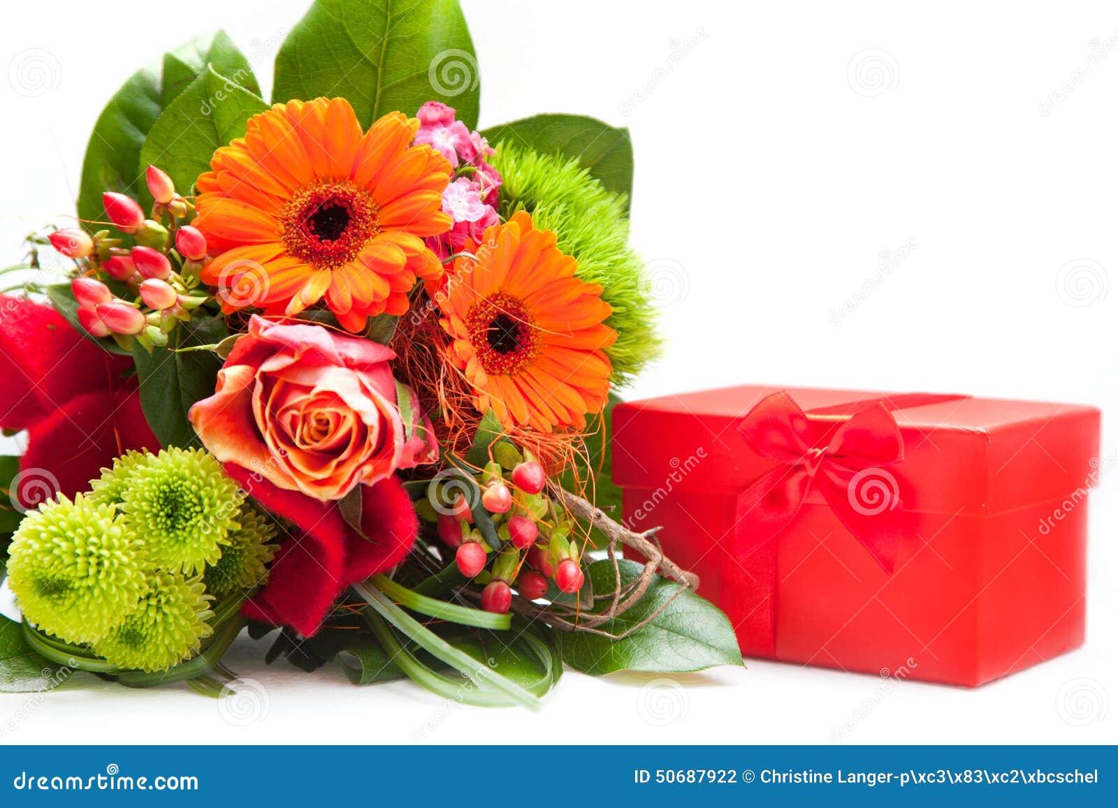 鲜花和红色礼物盒花束