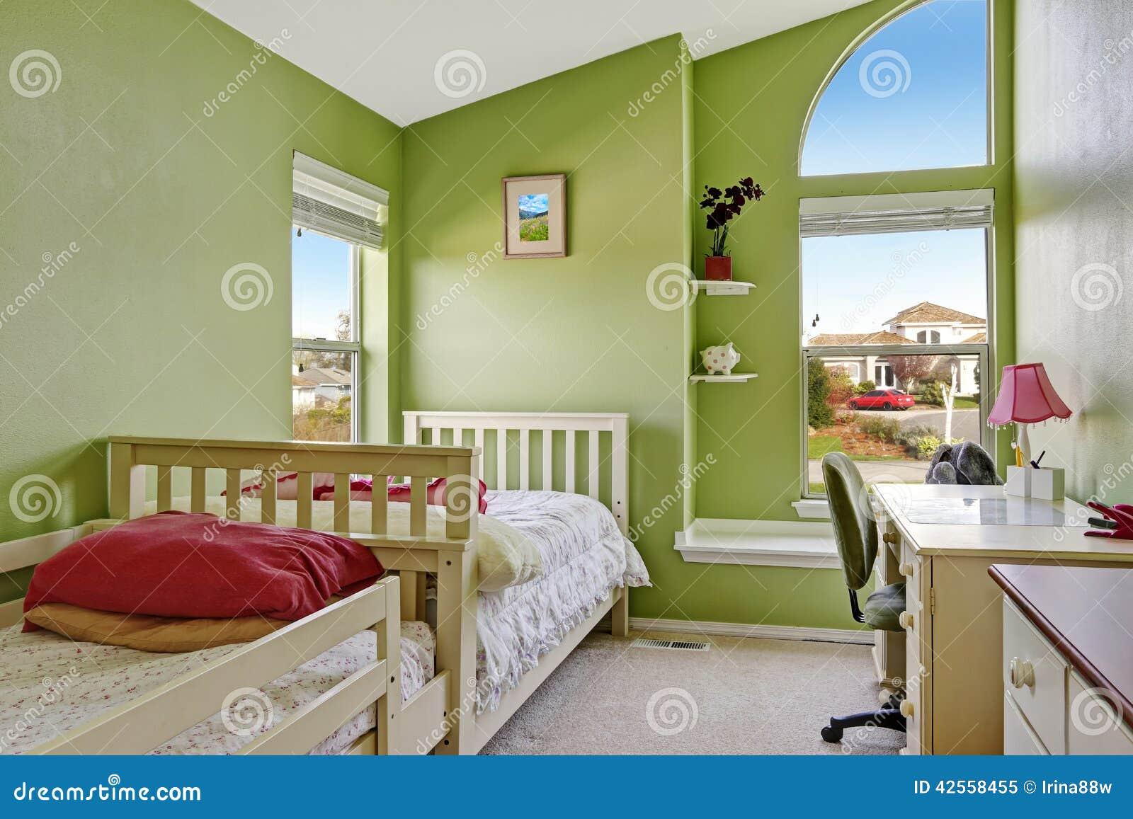鲜绿色的颜色的愉快的孩子室