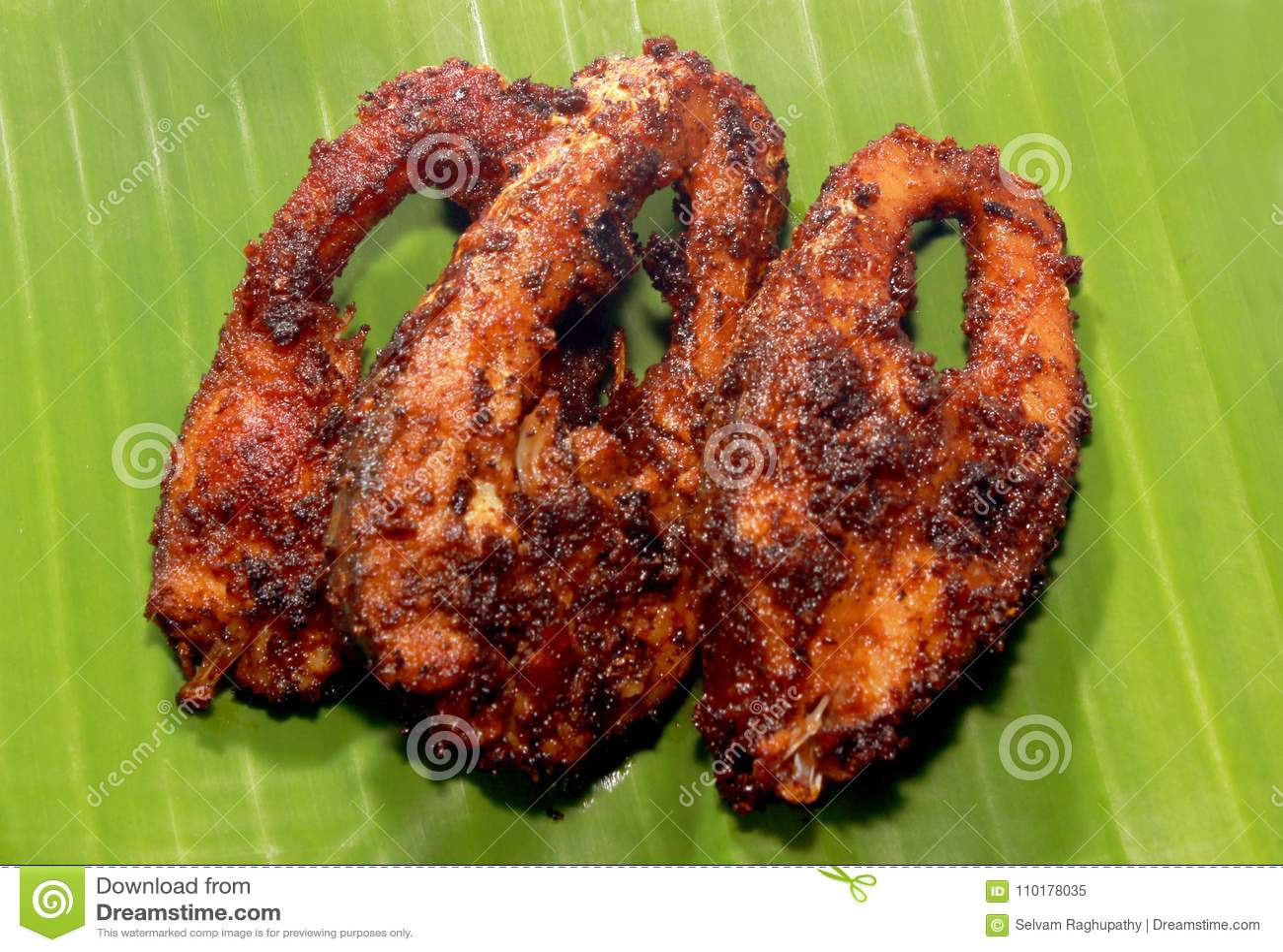 鲤鱼鱼油煎了在香蕉叶子的切片
