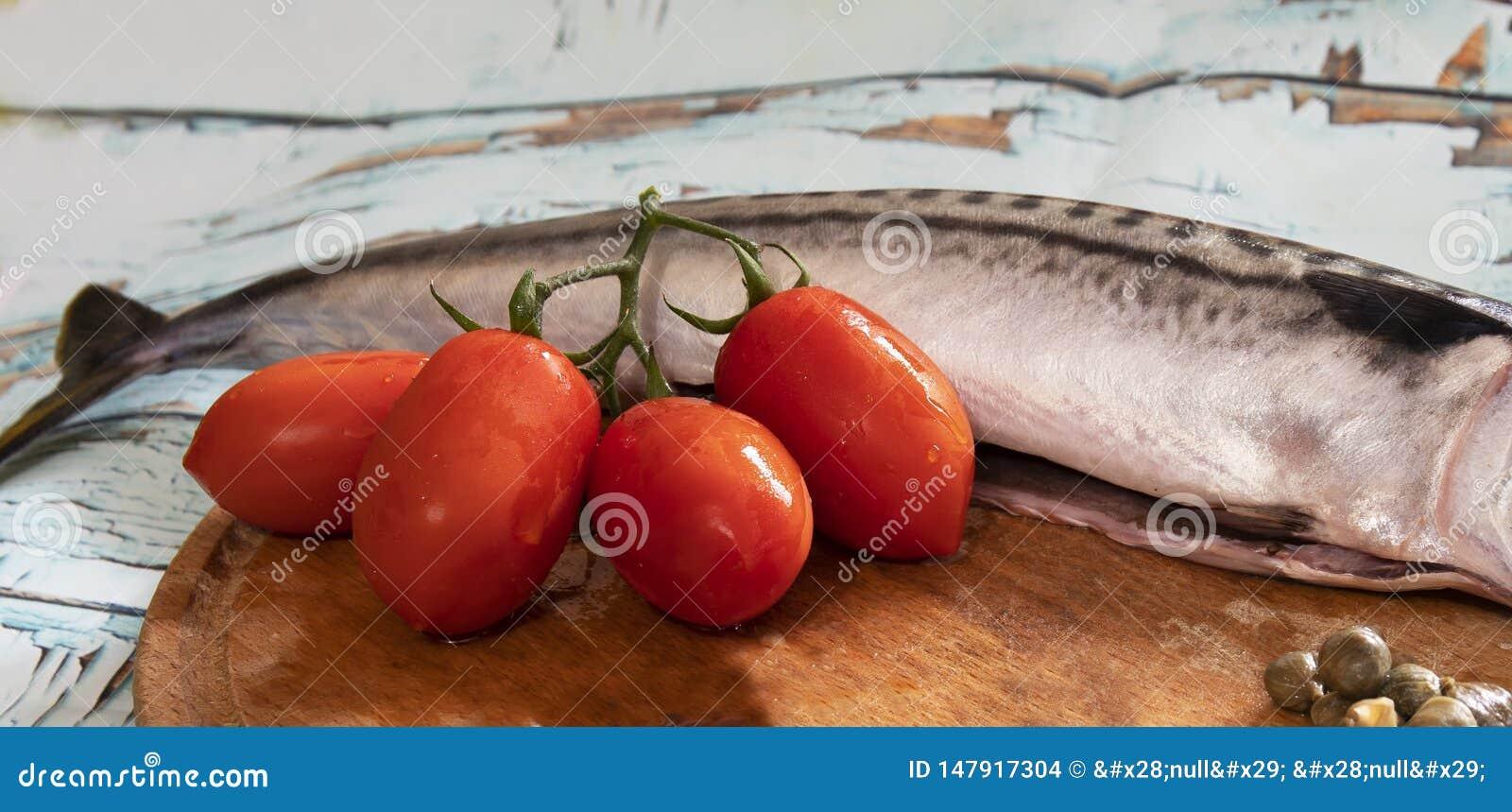 鲭鱼、蕃茄和雀跃