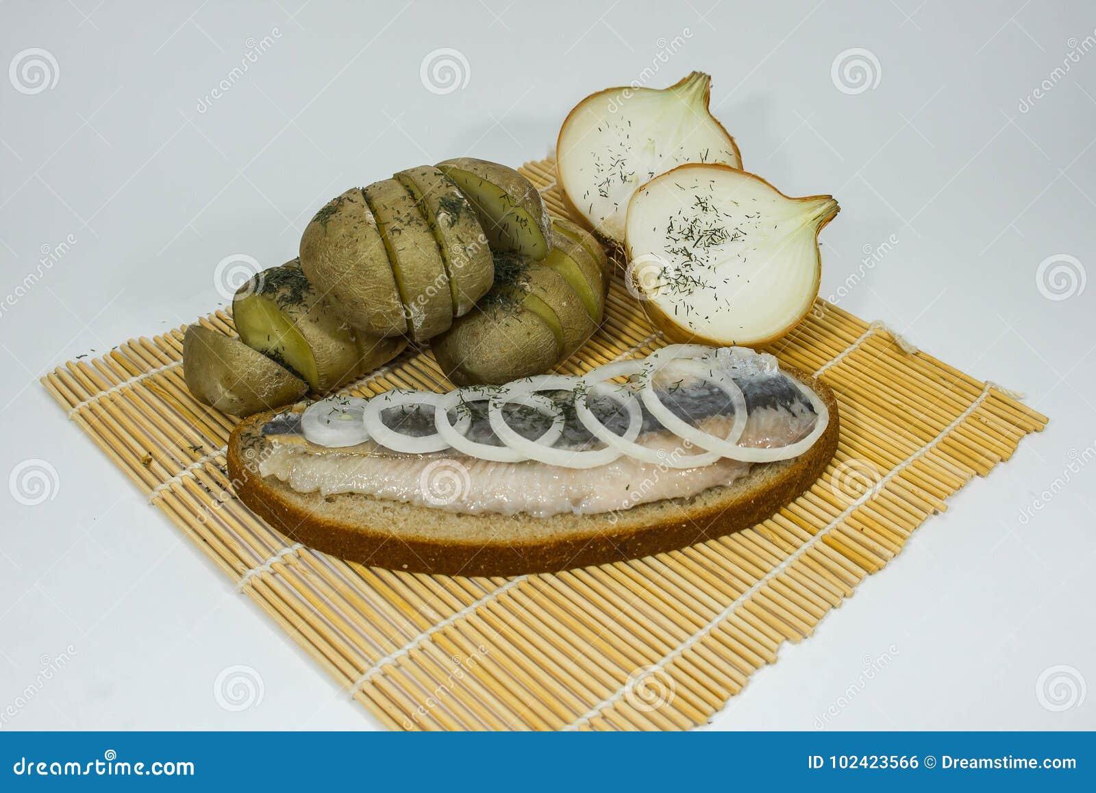 鲱鱼用葱和土豆