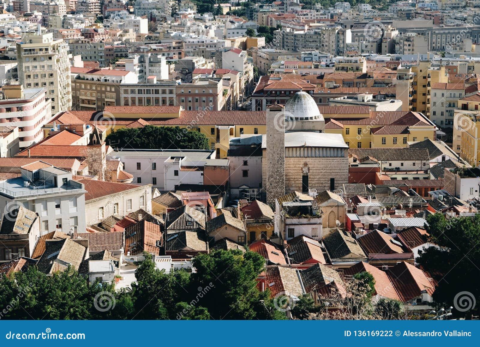 鸟瞰图在卡利亚里帝堡城-撒丁岛的老邻里