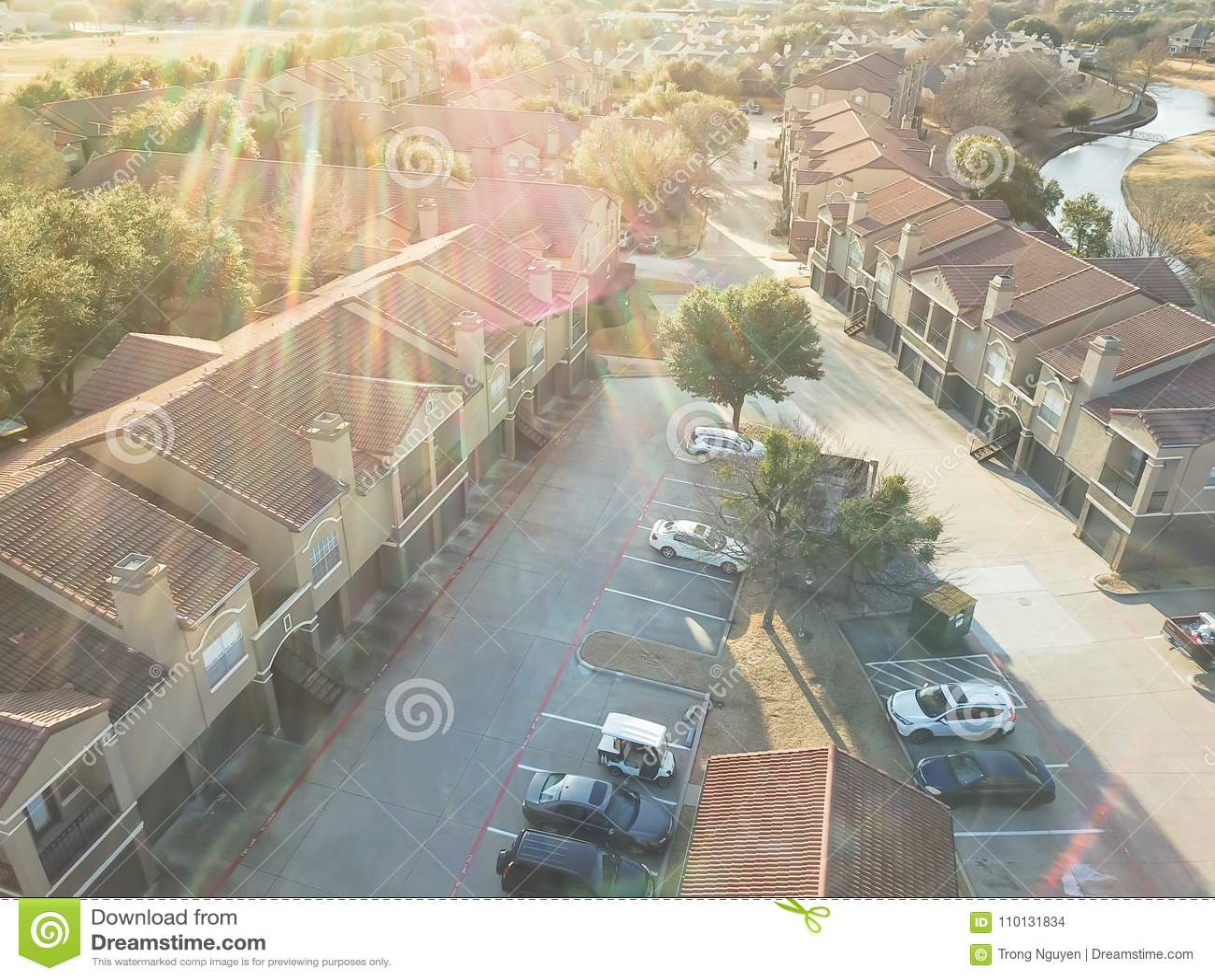 鸟瞰图在运河附近的公寓住宅区在欧文,得克萨斯,美国
