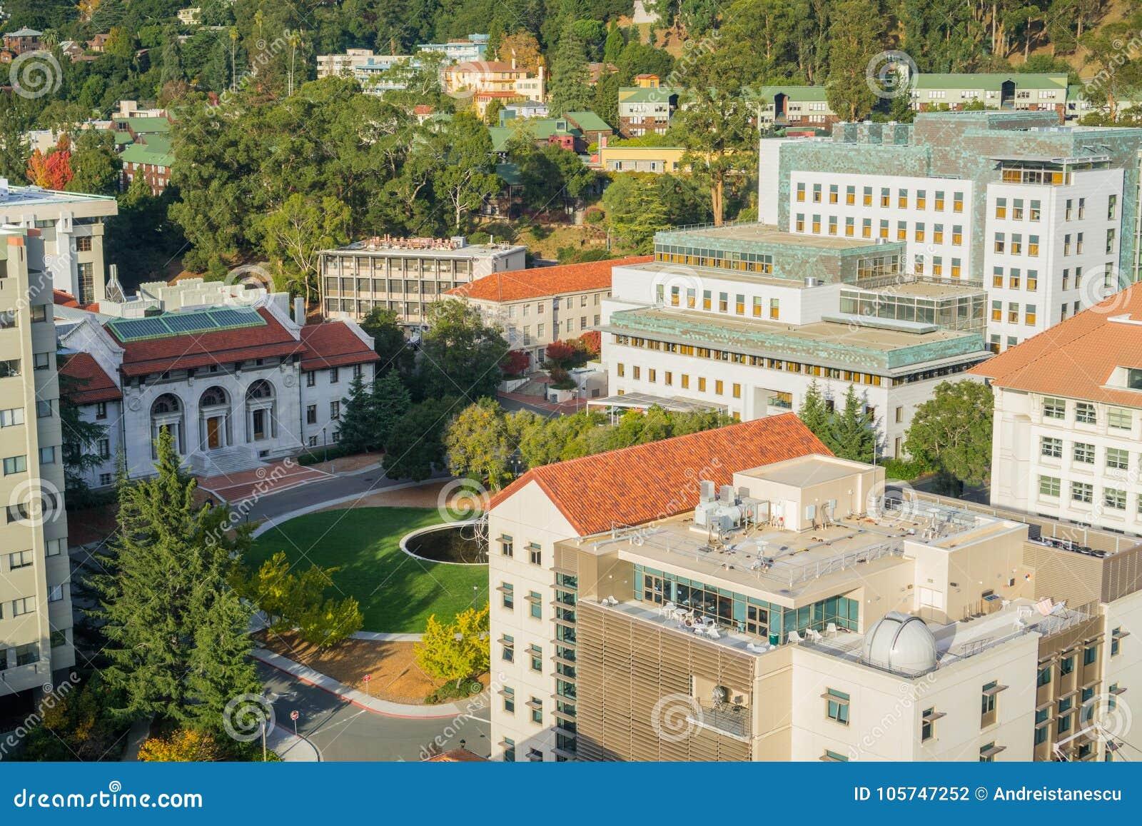 鸟瞰图天文的部门,斯坦利霍尔和赫丝特采矿在加利福尼亚大学伯克利分校校园里盘旋