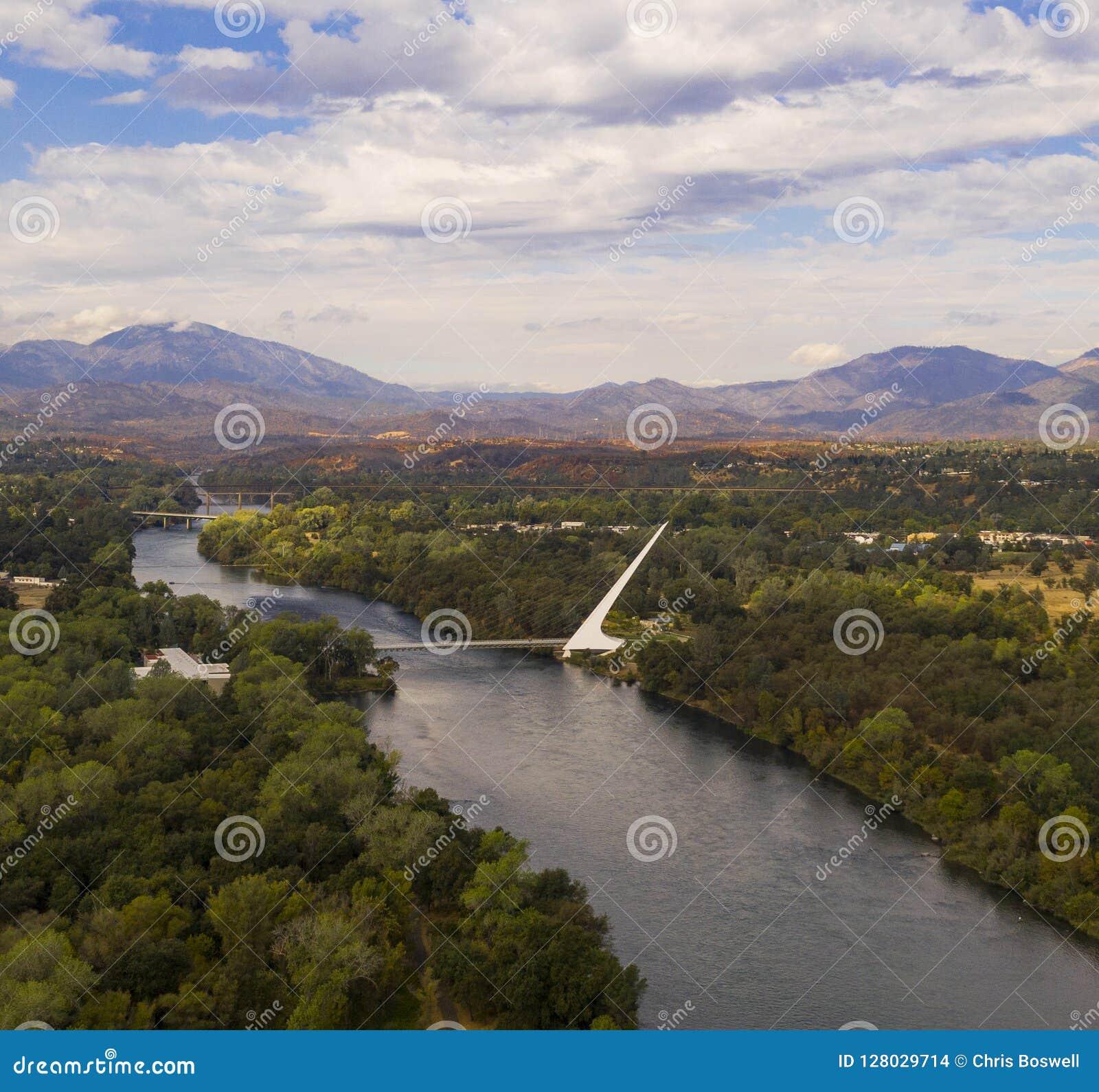 鸟瞰图萨克拉门托河雷丁加利福尼亚恶霸Choop山