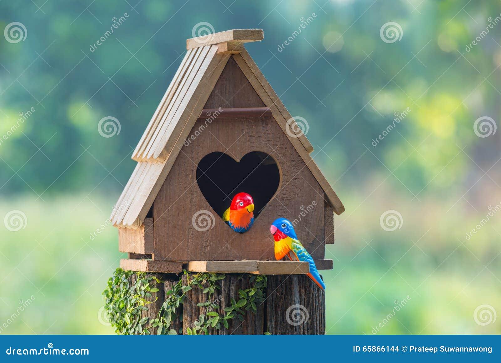 鸟舍有心形的入口和两爱鸟做的fr