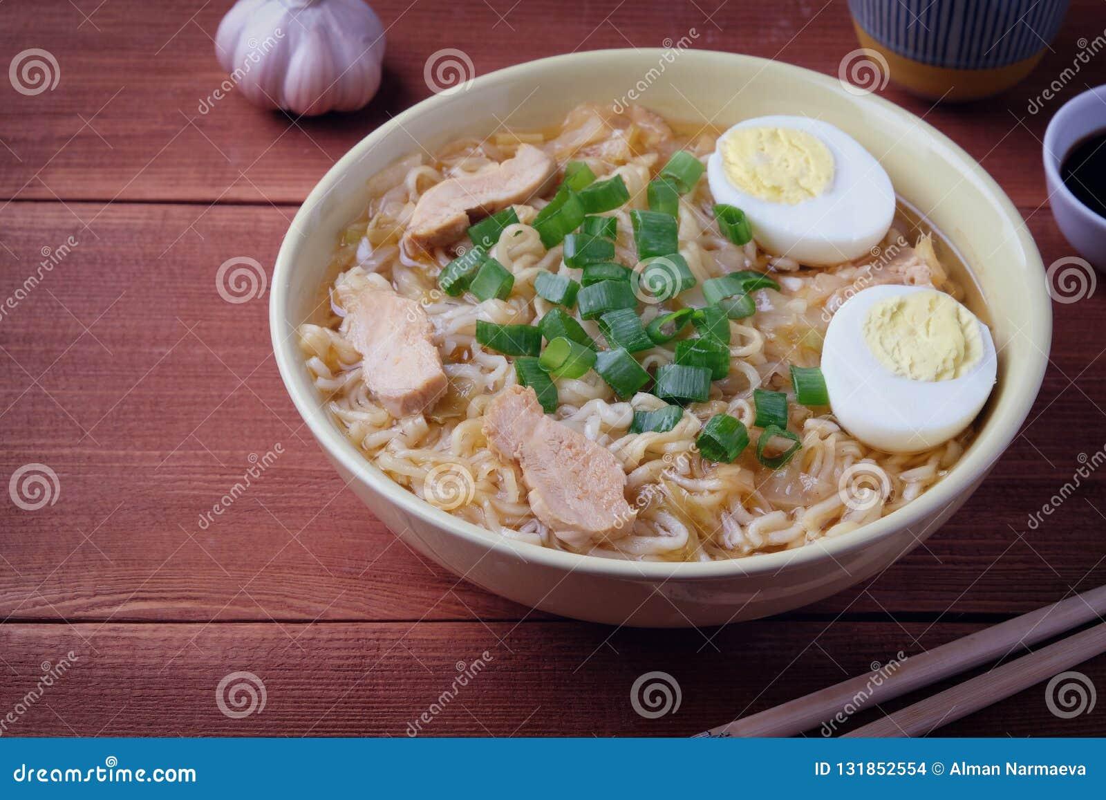 鸡中国人汤 烹调在铁锅 木背景