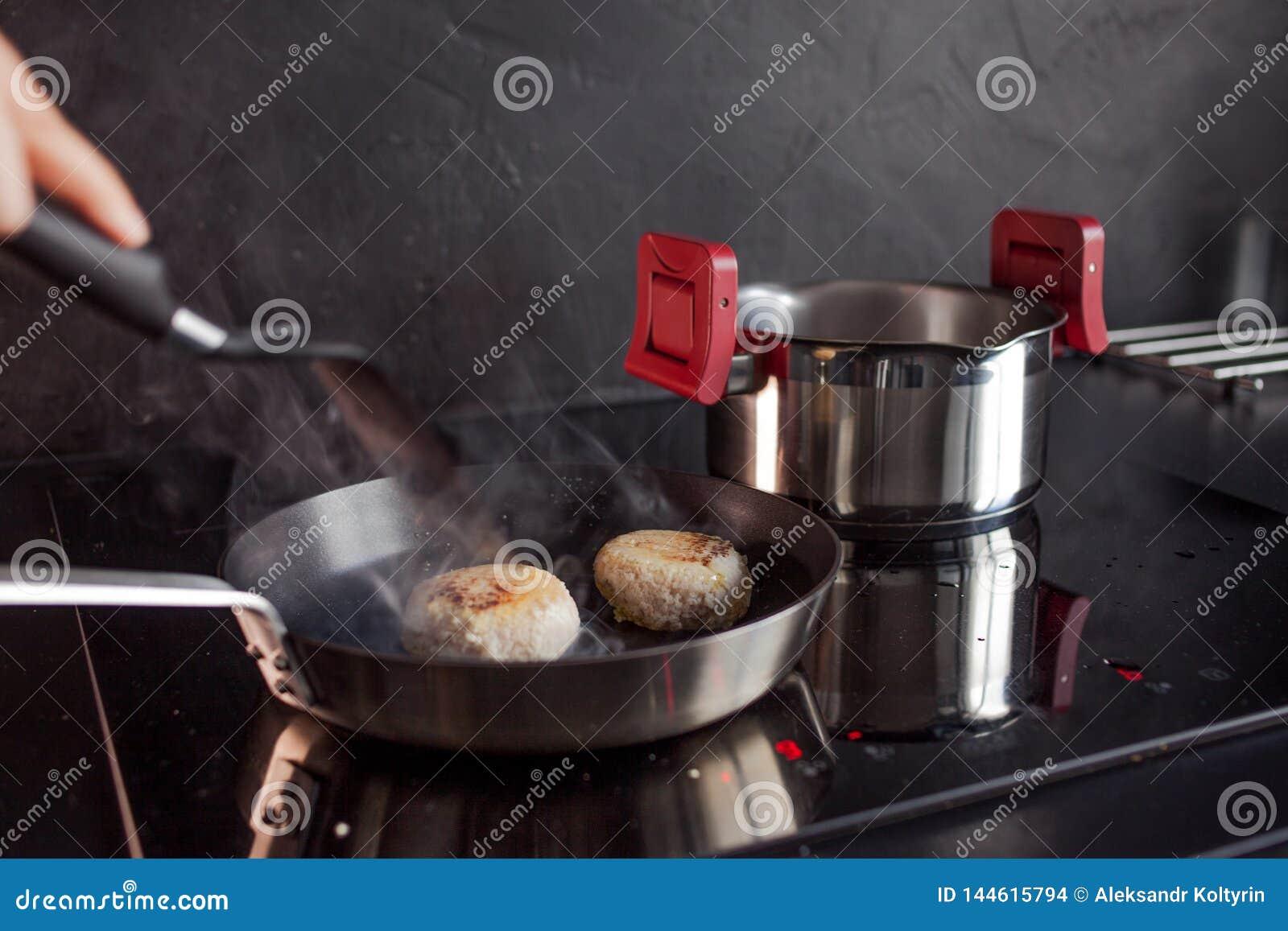 鸡剁碎了炸肉排,在家烹调晚餐,健康食品