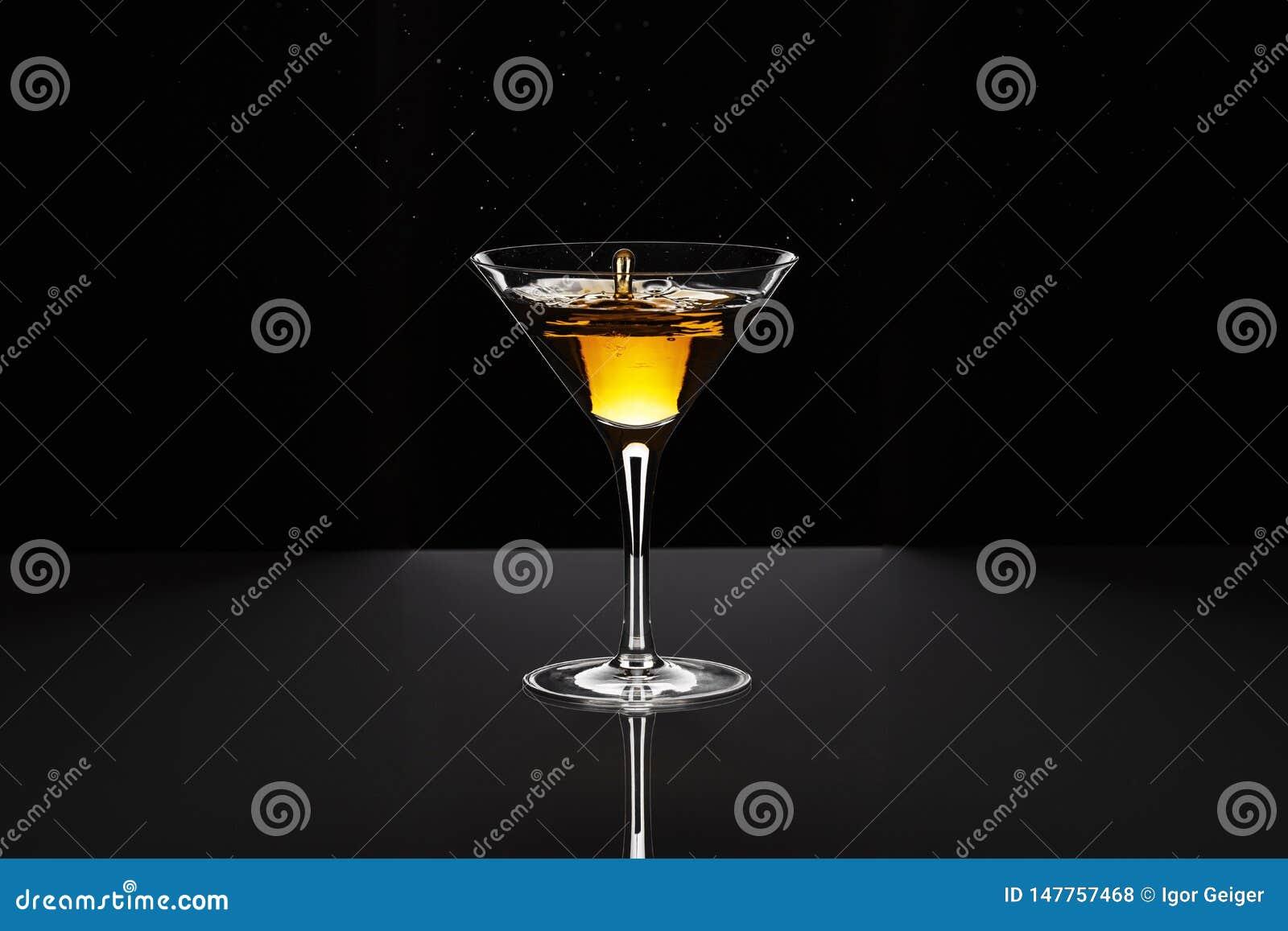 鸡尾酒黄色红色在马蒂尼鸡尾酒的贝加尔湖与下落美丽的飞溅