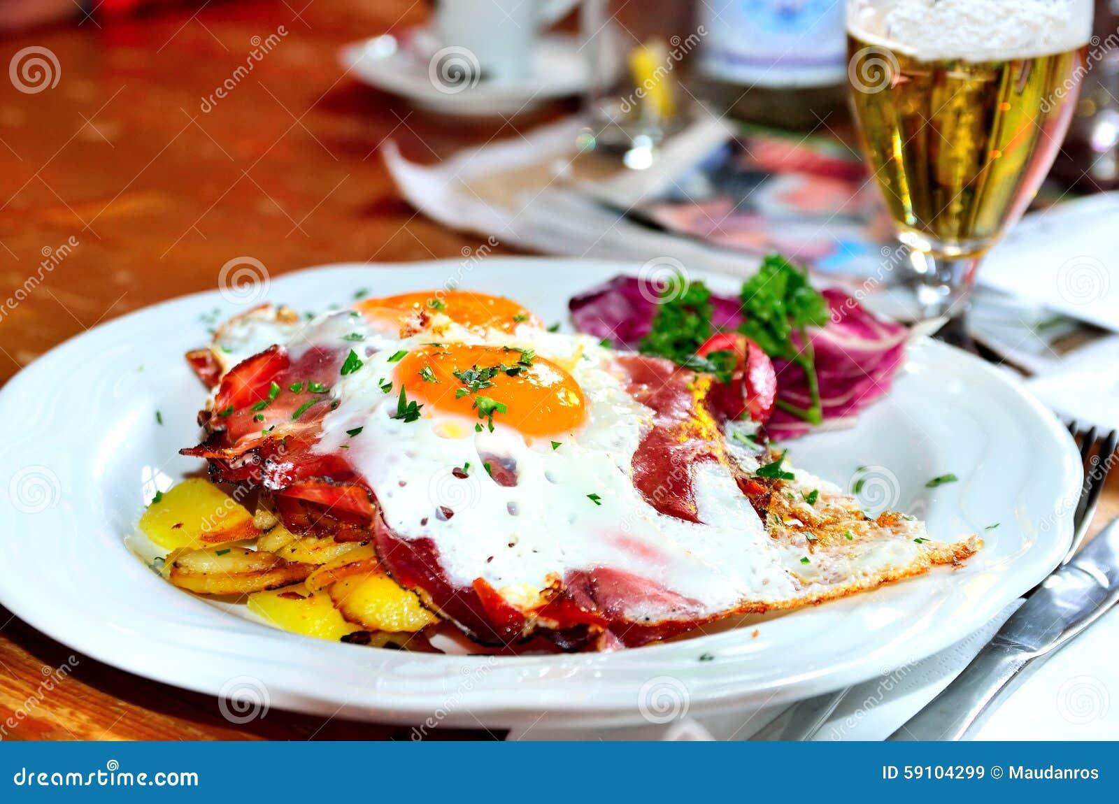 鸡蛋、土豆和烟肉