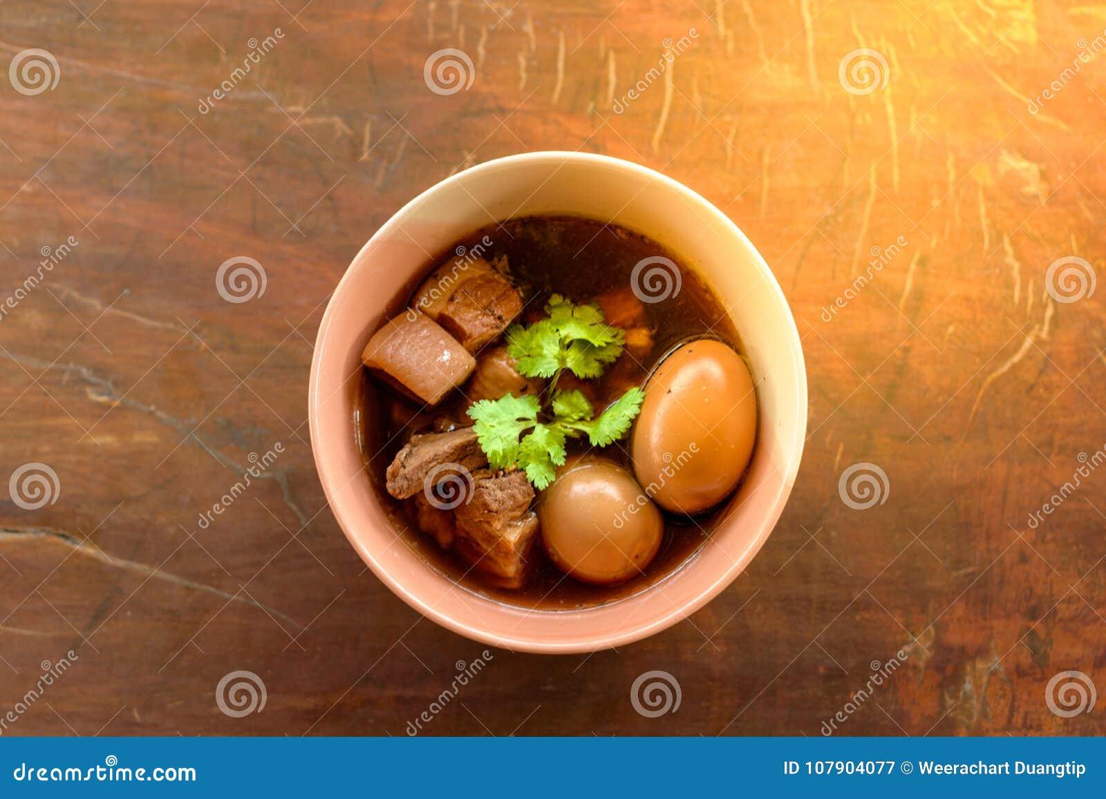 鸡蛋和猪肉在棕色沙司青蛙