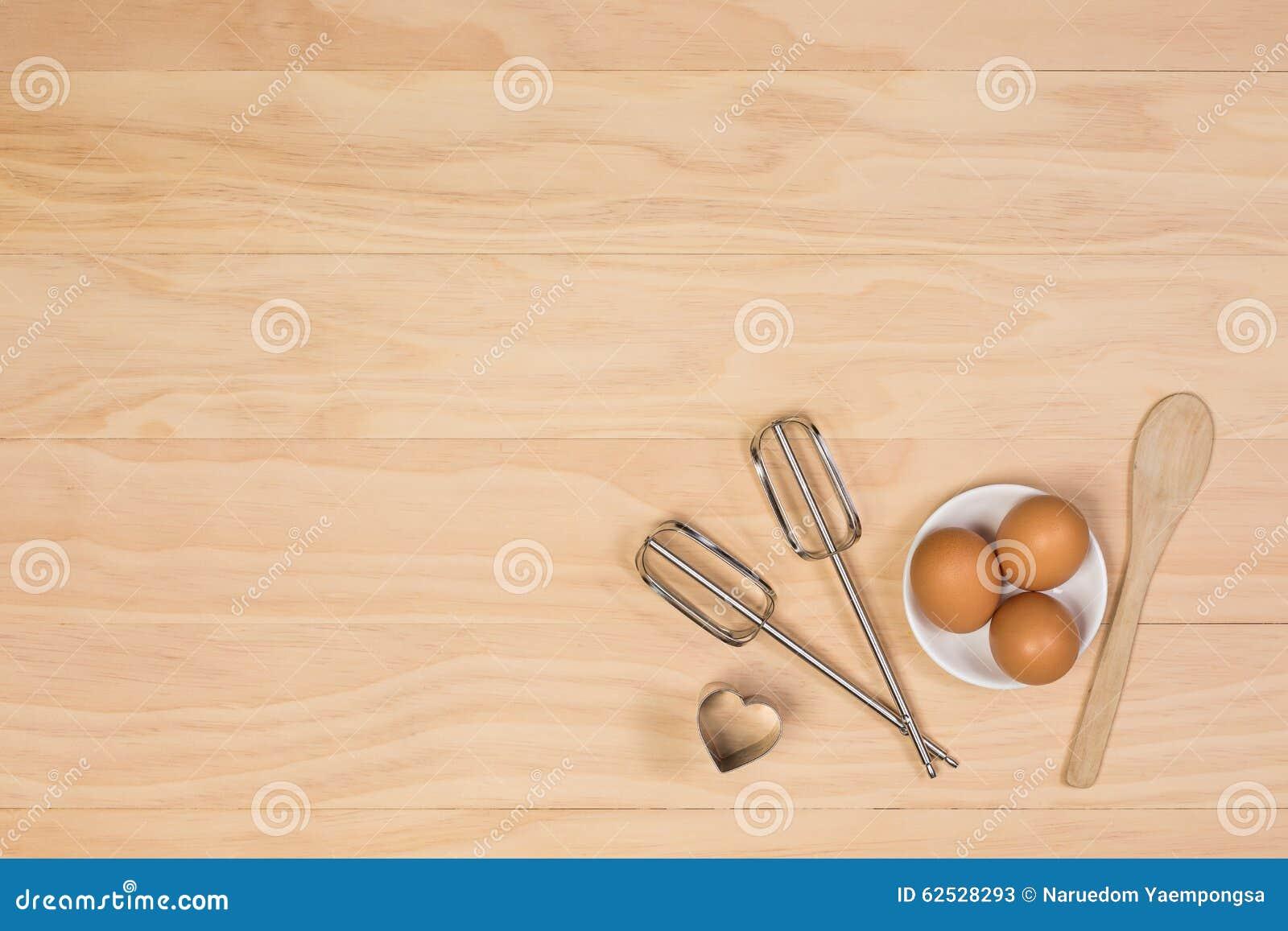 鸡蛋,木匙子、搅打机和曲奇饼切削刀