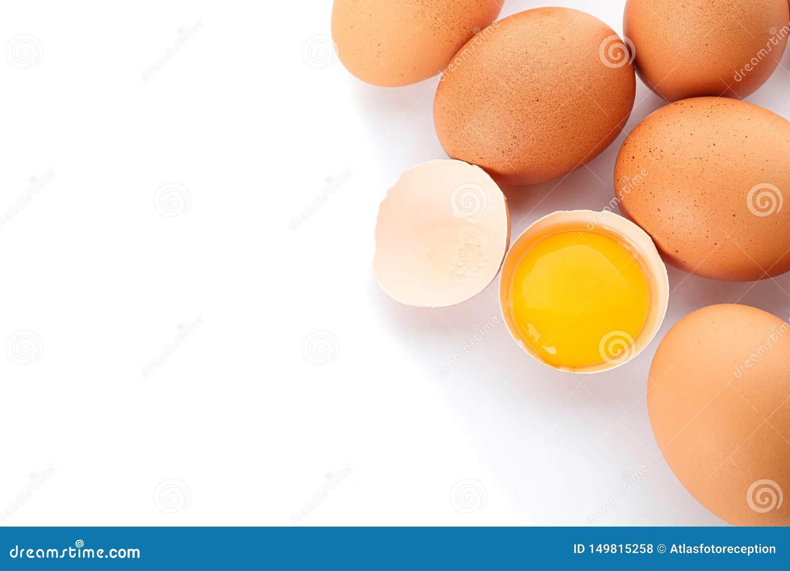 鸡鸡蛋和半残破的鸡蛋用在白色背景隔绝的卵黄质,特写镜头