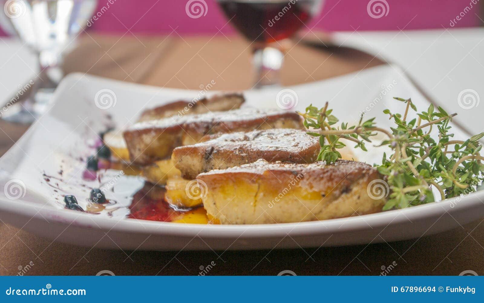 鹅肝用莓果和菠萝