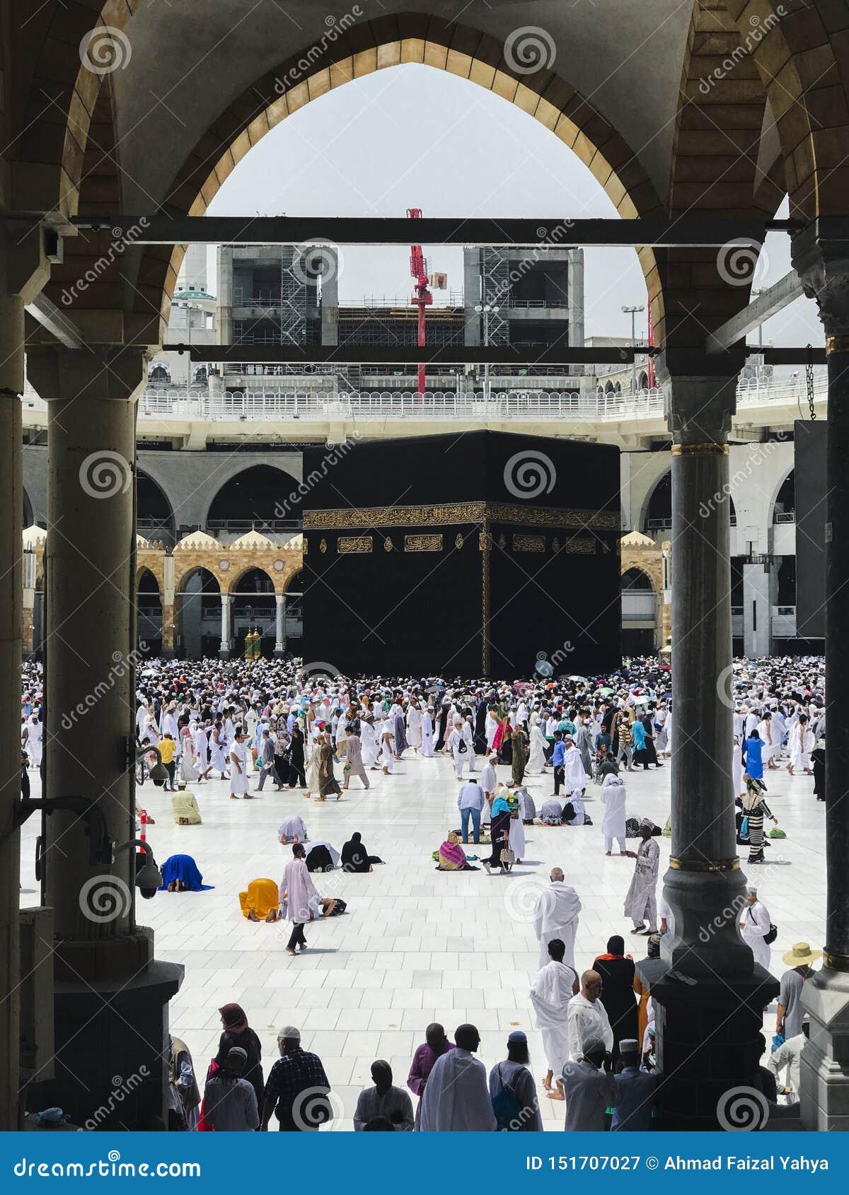 麦加,沙特阿拉伯半岛2019年6月4日:回教香客绕行从哈莱姆清真寺底层的圣堂  穆斯林所有
