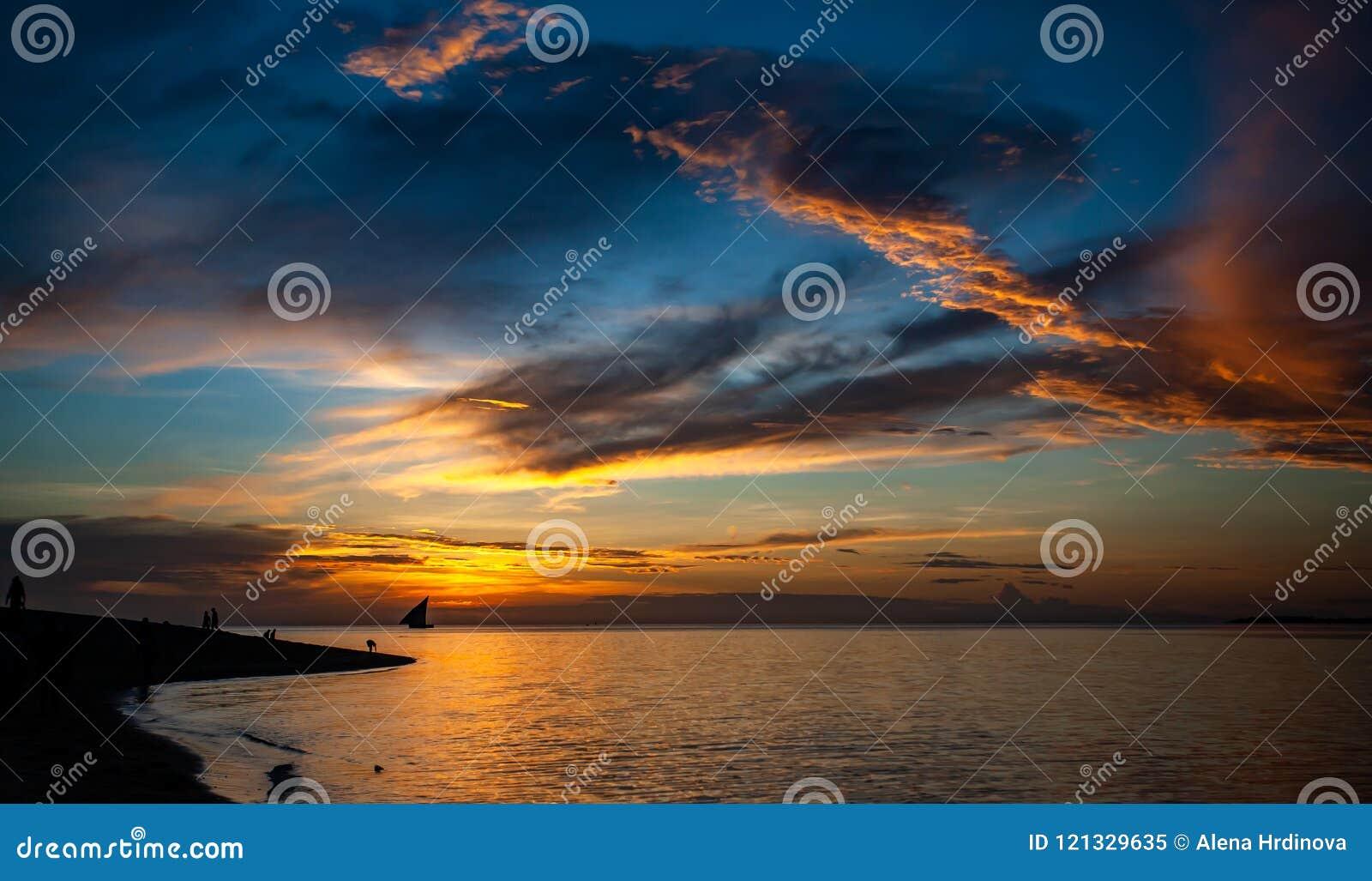 黄昏在热带天堂,与云彩的剧烈的天空