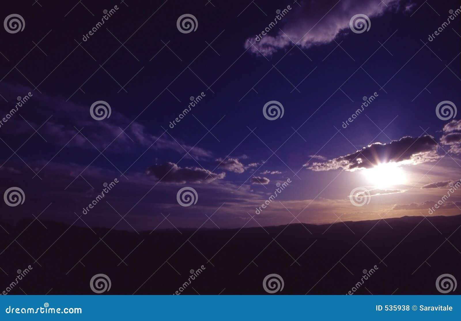 Download 黄昏 库存照片. 图片 包括有 黄昏, 设计, 日出, 背包, 日落, 天空, 晒裂, 背包徒步旅行者, 云彩 - 535938