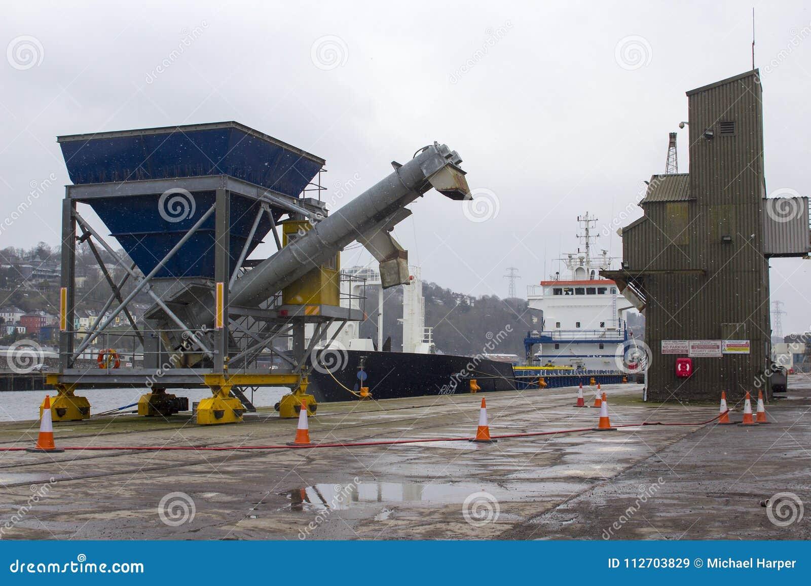 黄柏爱尔兰城市一般货物船在马耳他登记的里加准备好航行被释放她的货物在肯尼迪W