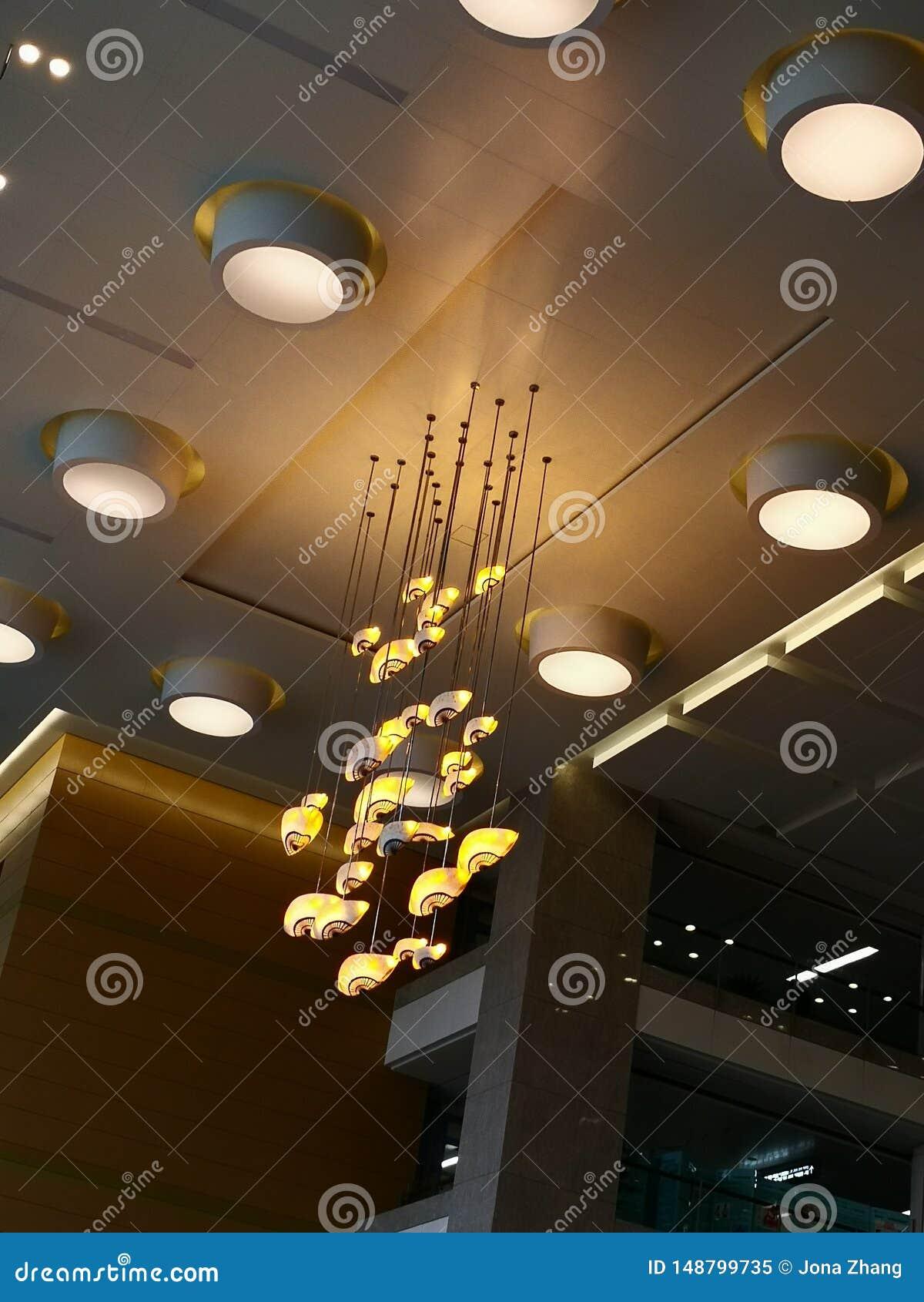 黄灯在大厅里