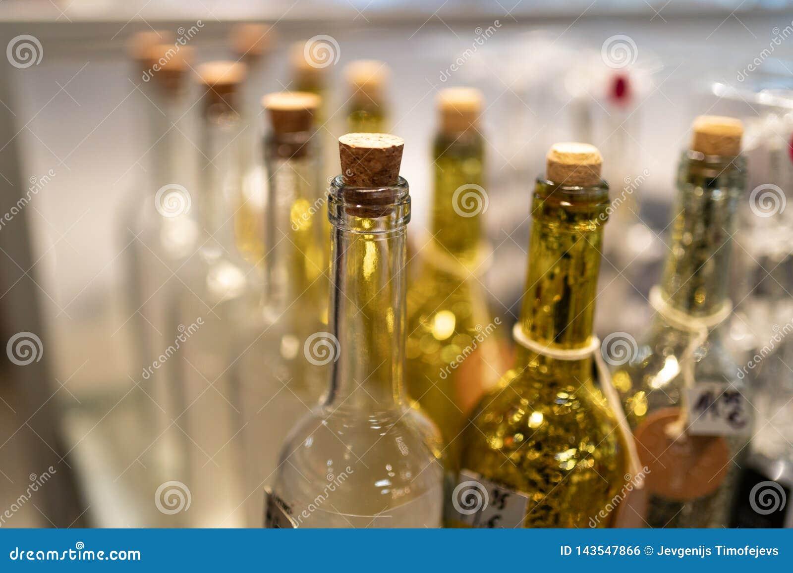黄色和白色玻璃瓶在商店