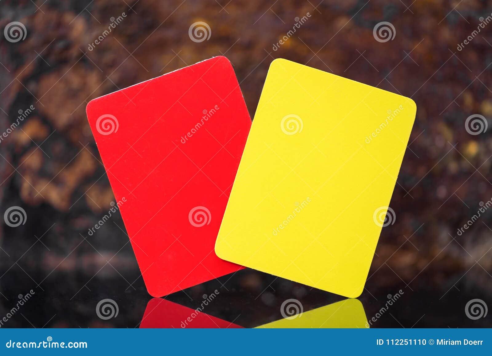 黄色和红牌、足球、橄榄球或者排球不理智