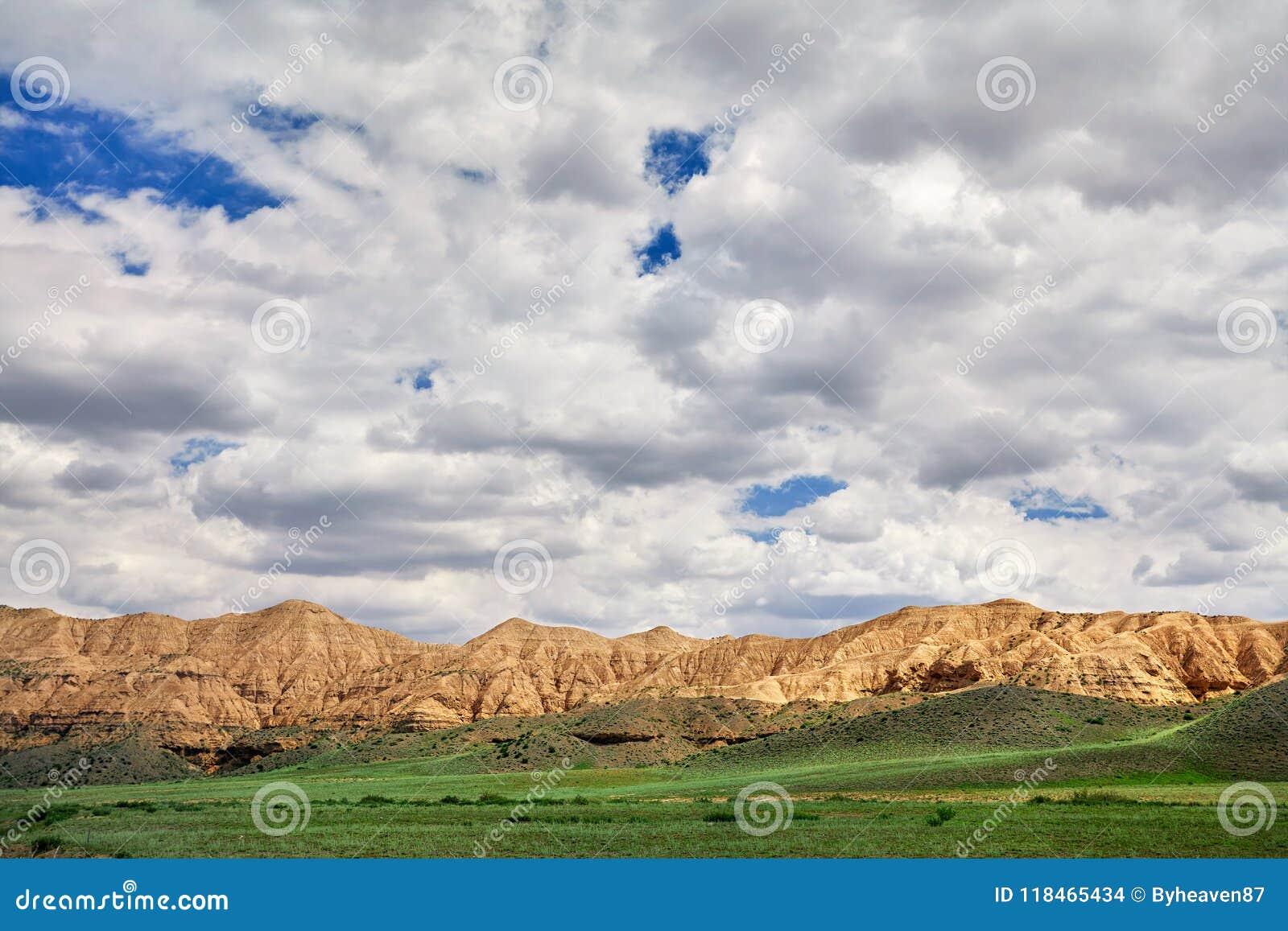 黄色山在沙漠