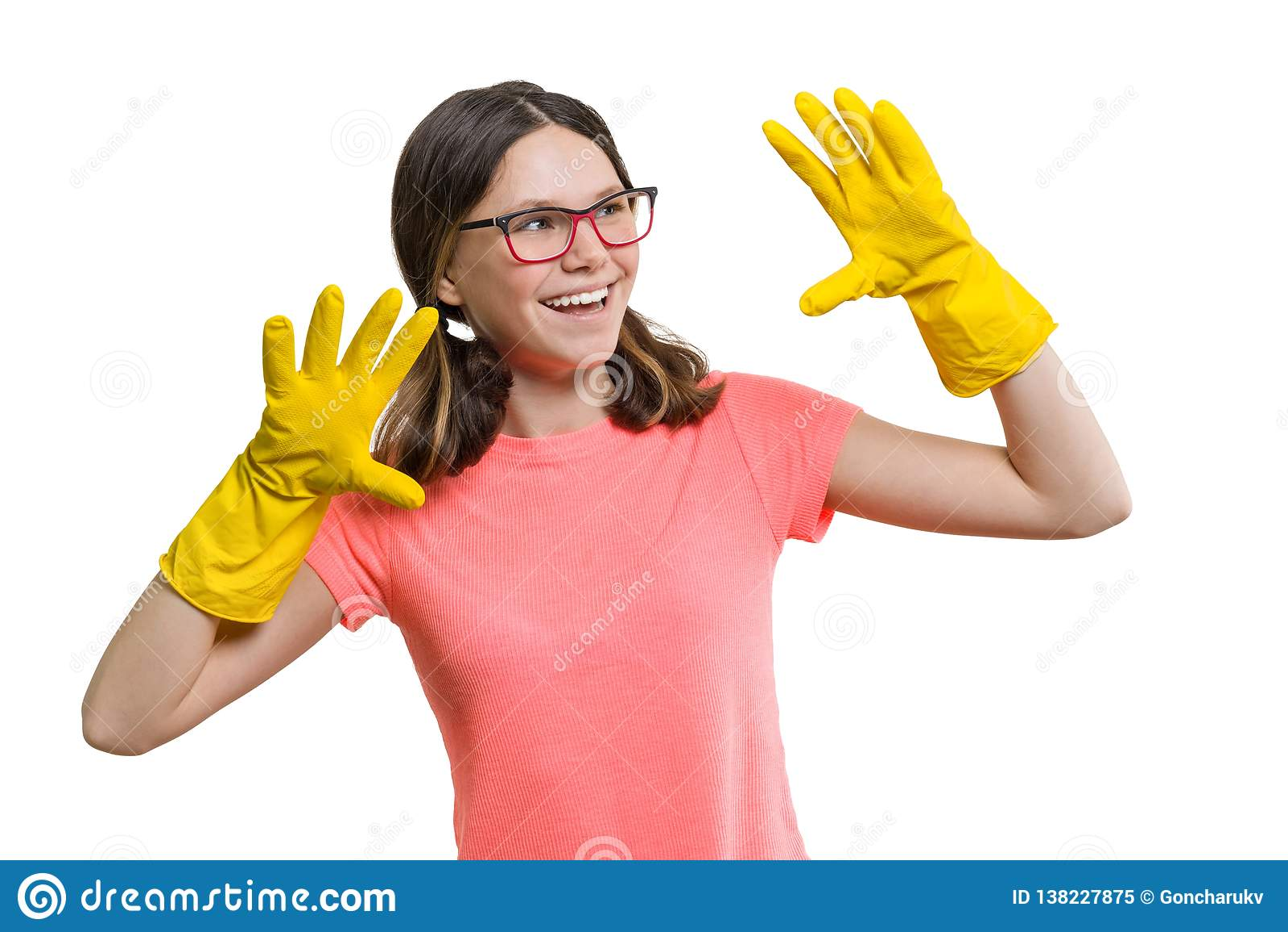 黄色橡胶防护手套的年轻微笑的快乐的女孩,白色被隔绝的背景