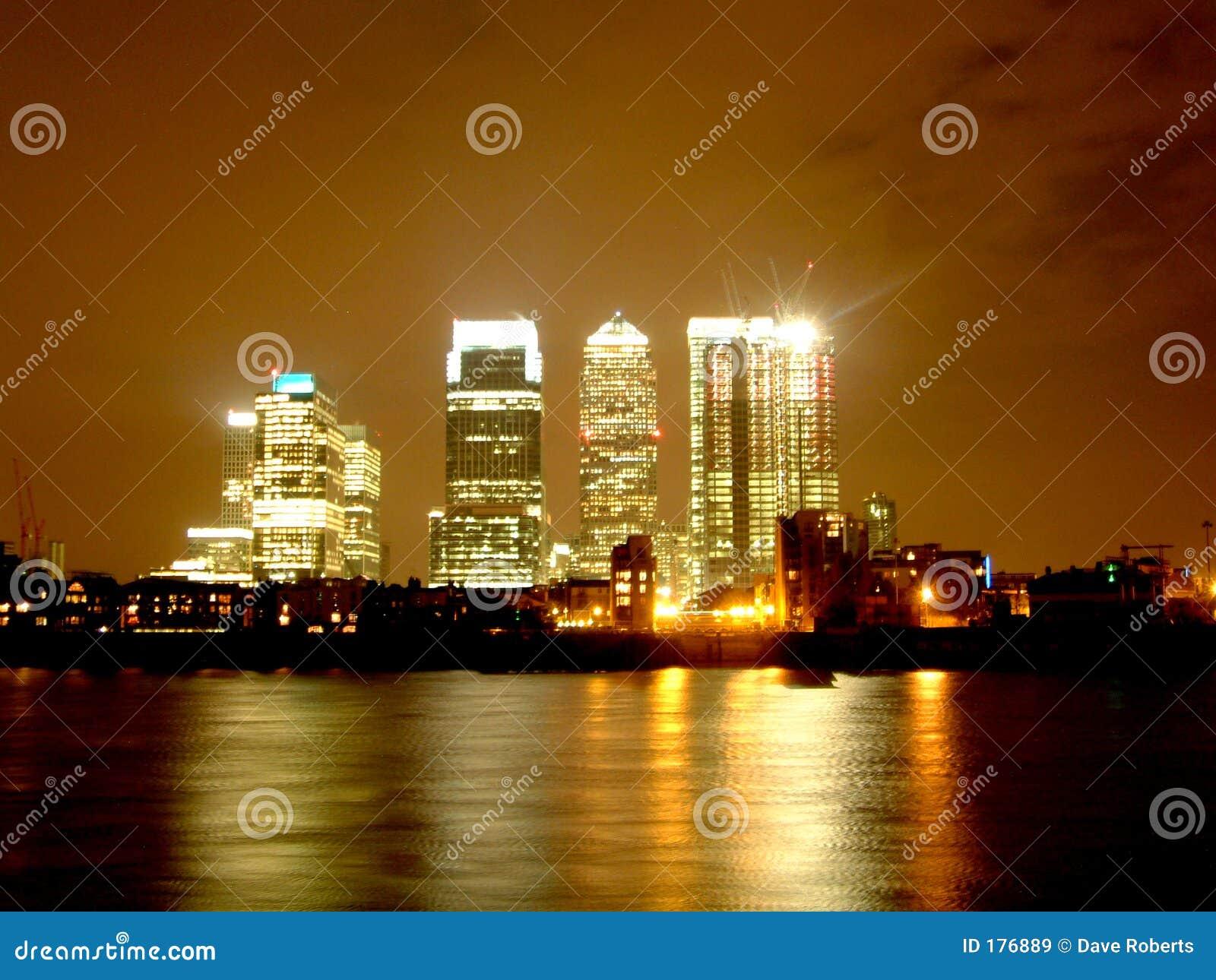 黄雀色伦敦晚上码头