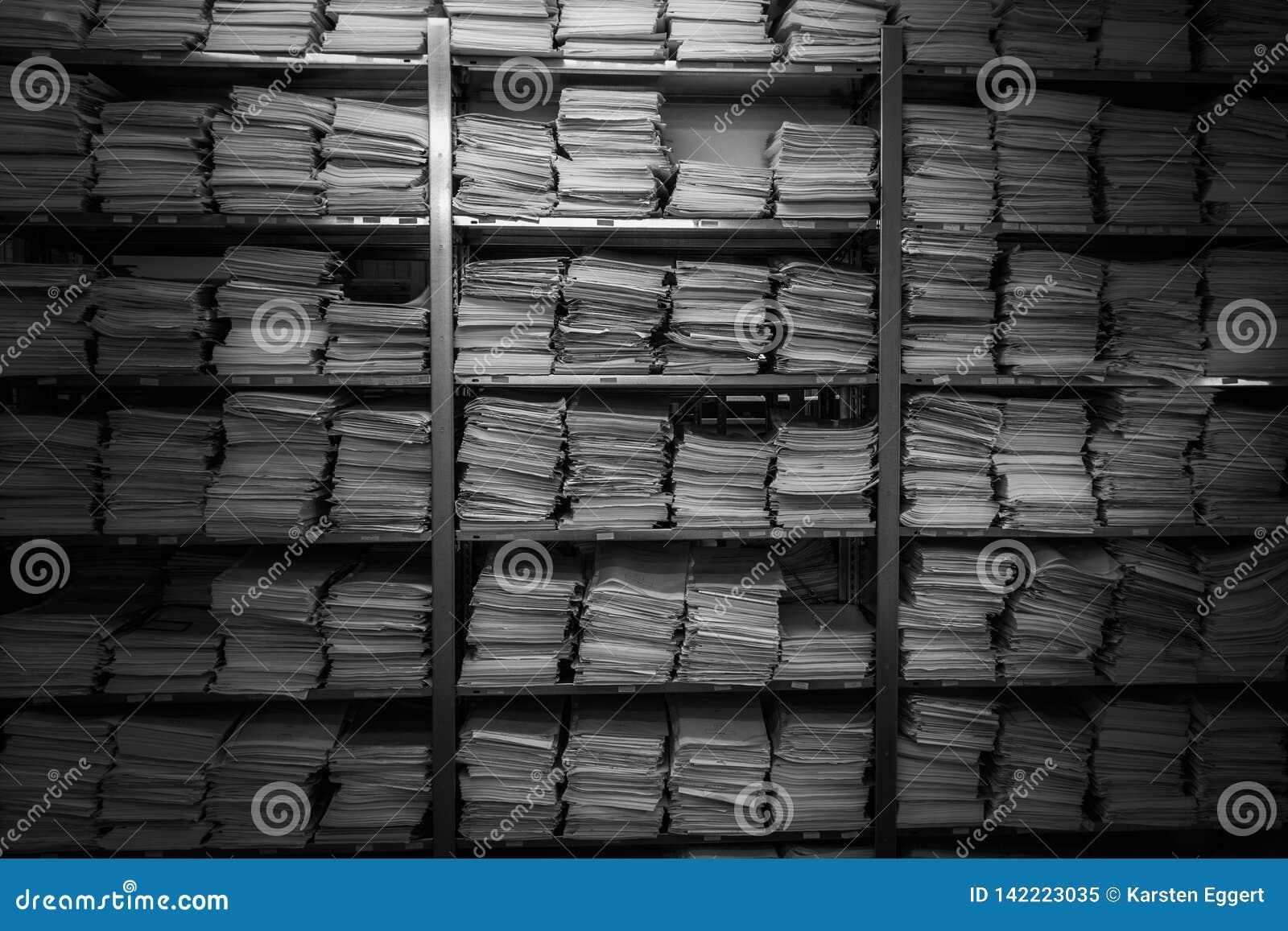 黏合剂的档案 纸被堆积在彼此顶部