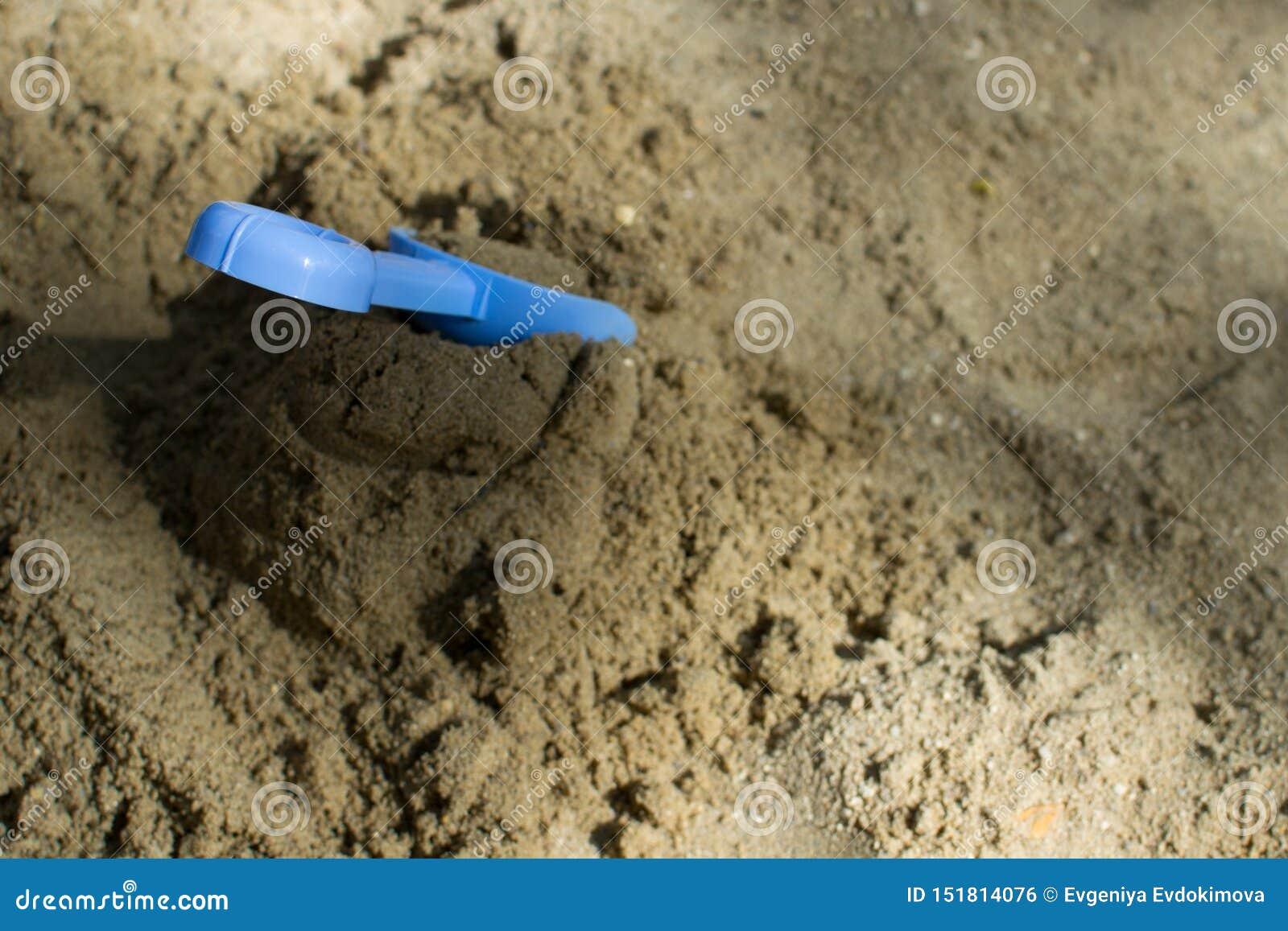 黏附在堆的一把铁锹沙子