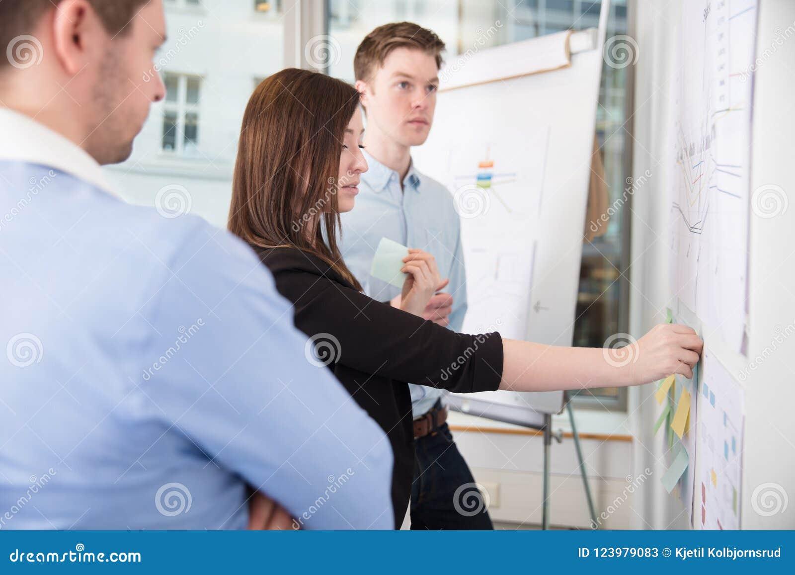 黏附笔记的女实业家,当支持男性同事时