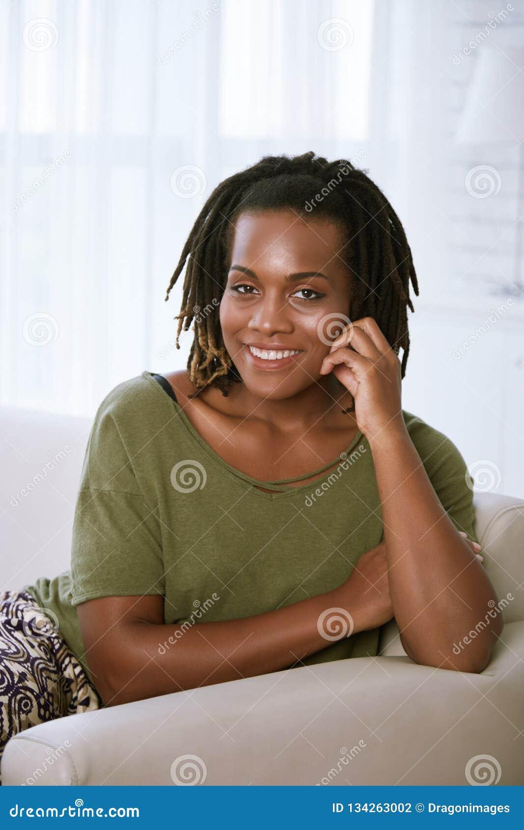 黑人快乐的妇女