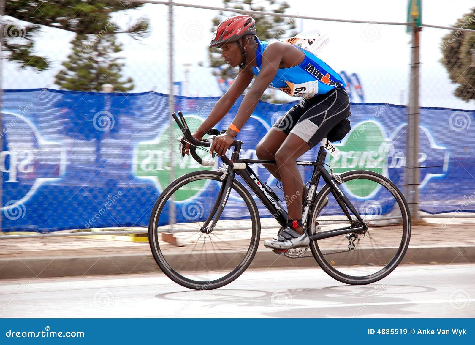 黑人骑自行车者