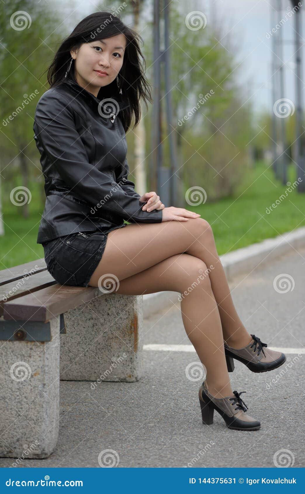 黑夹克的亚裔女孩