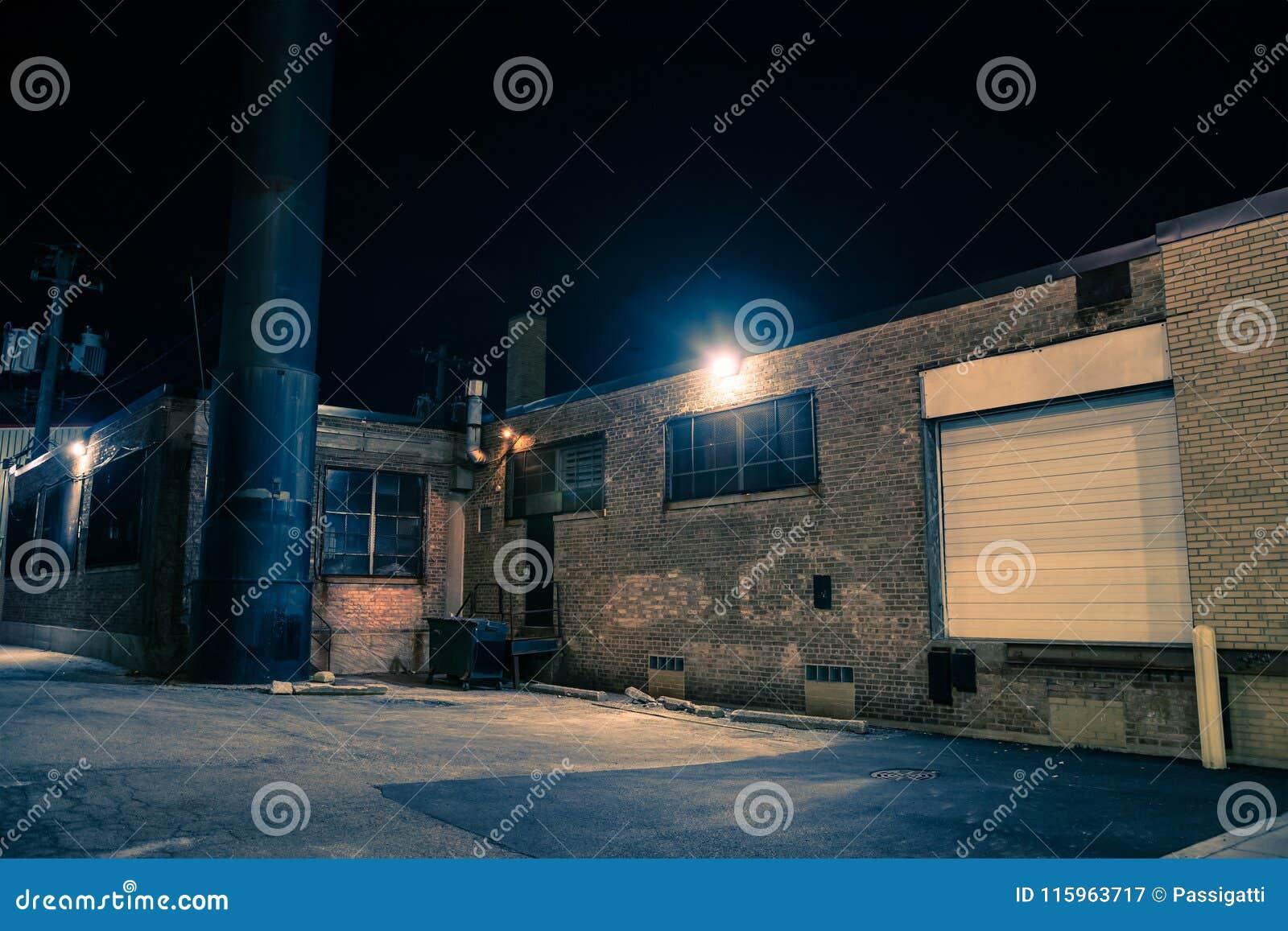 黑暗和令人毛骨悚然的都市城市胡同在晚上