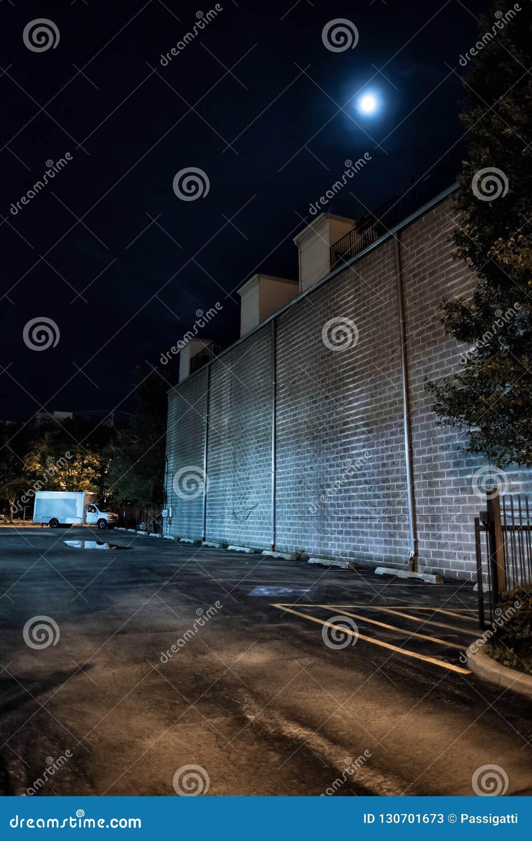 黑暗和可怕空的街市都市城市停车场在晚上